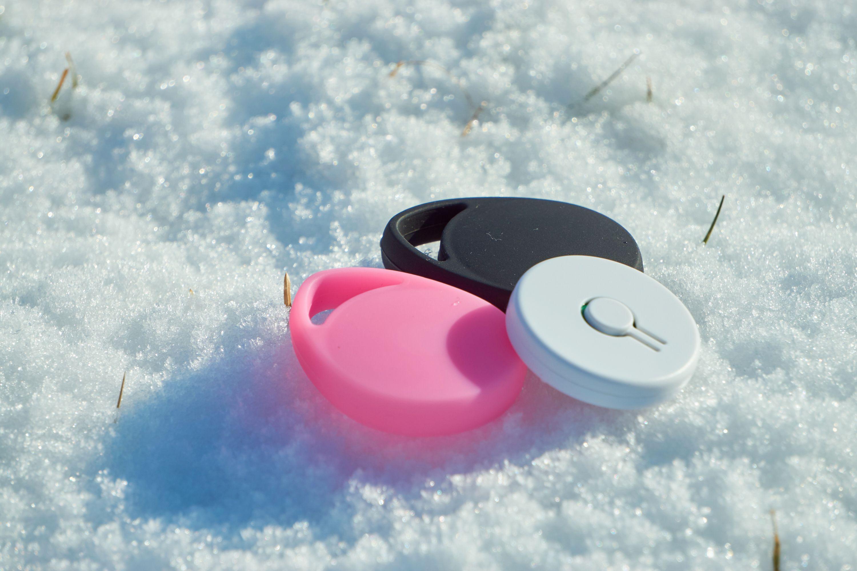 iHere3 leveres med to gummideksler til å ha rundt: ett i svart, og ett i rosa.