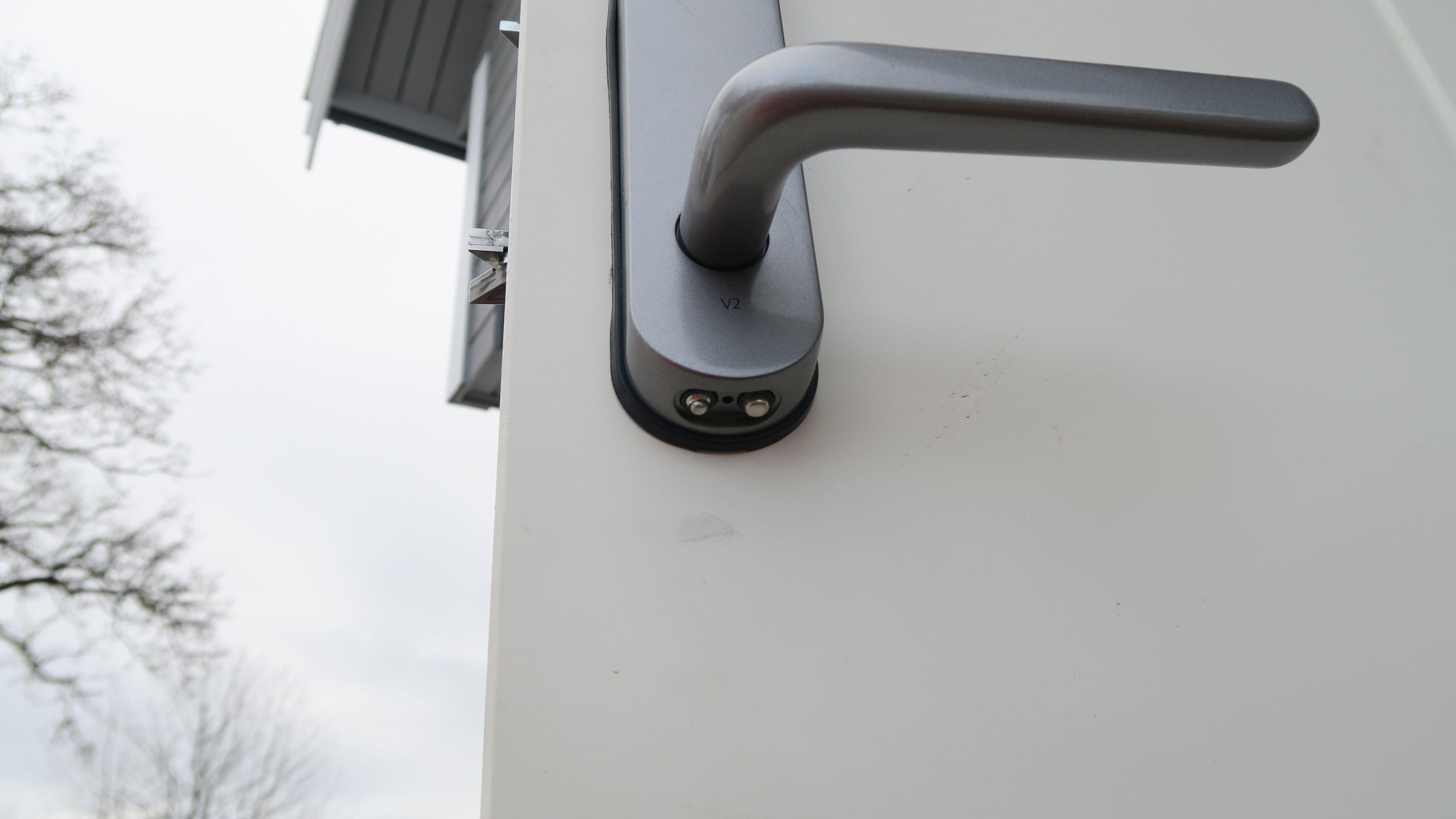 Under låsen sitter de to polene du skal bruke. Foto: Ole Henrik Johansen / Tek.no