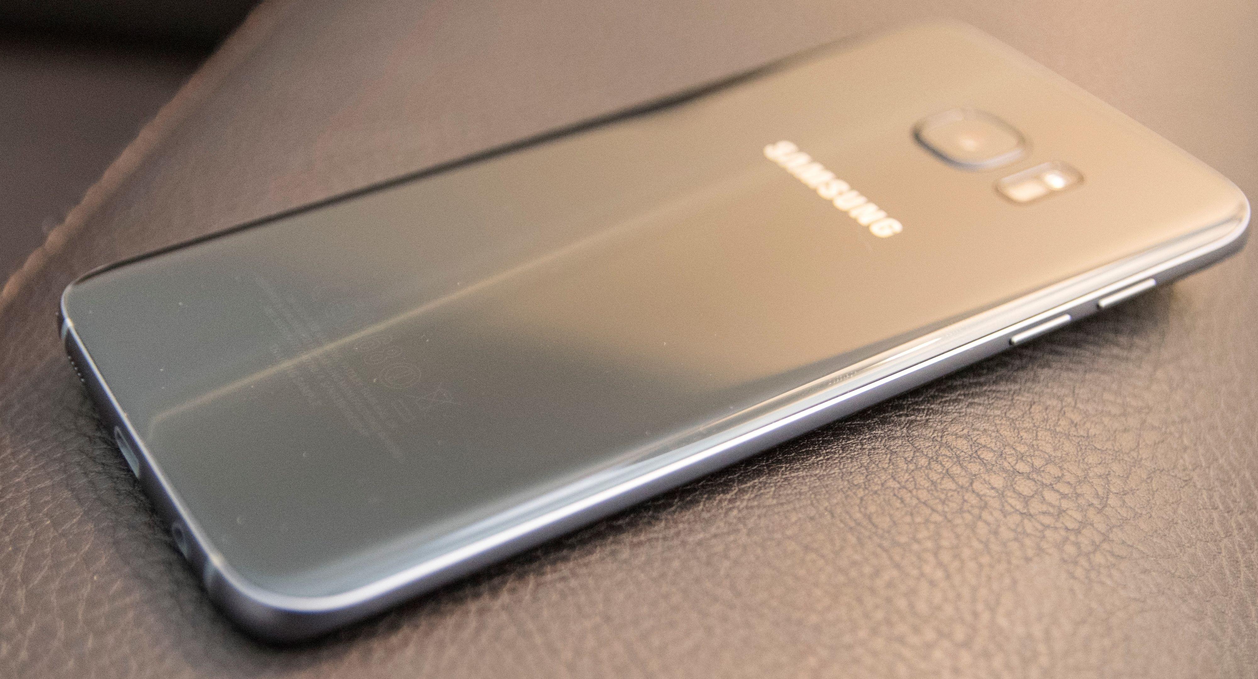 Galaxy S7 Edge har avrundet glass både foran og bak.