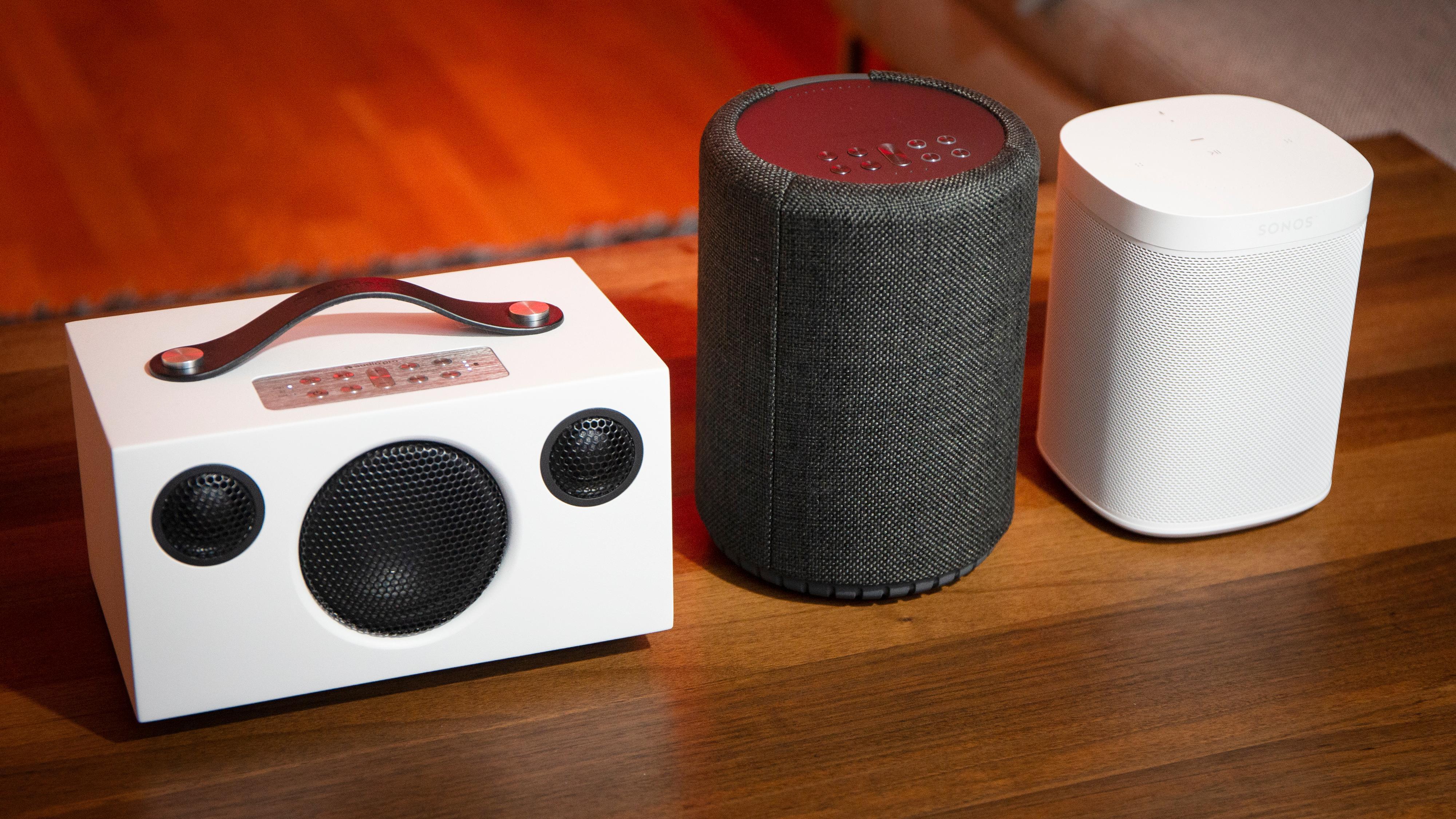 Addon C3 (venstre) og A10 sammen med Sonos One (til høyre).