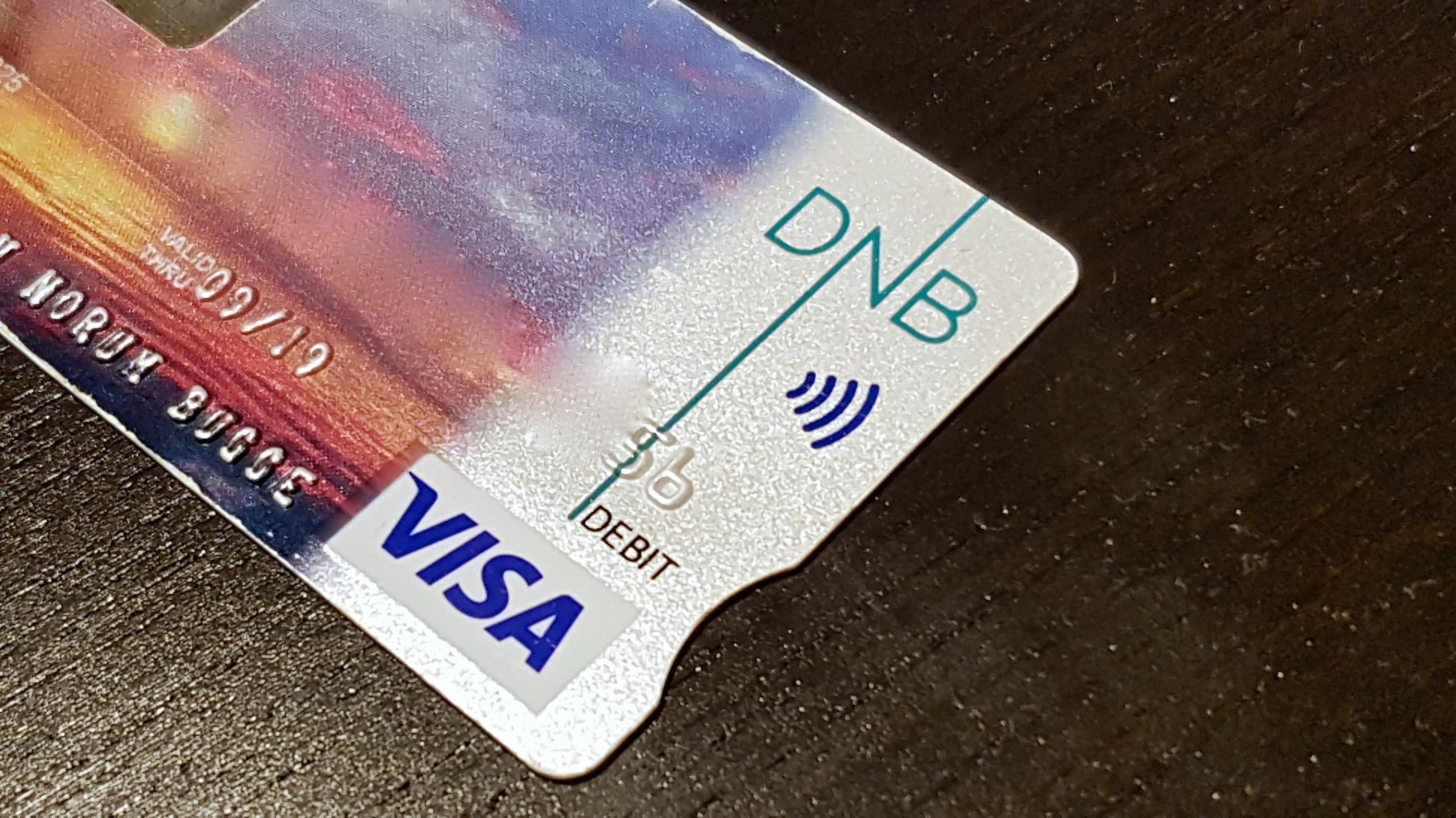 Bankkort med støtte for kontaktløs betaling er det MobilePay nå forsøker å ta opp kampen med, her eksemplifisert med undertegnedes bankkort. Kortets numre er sladdet av sikkerhetshensyn.