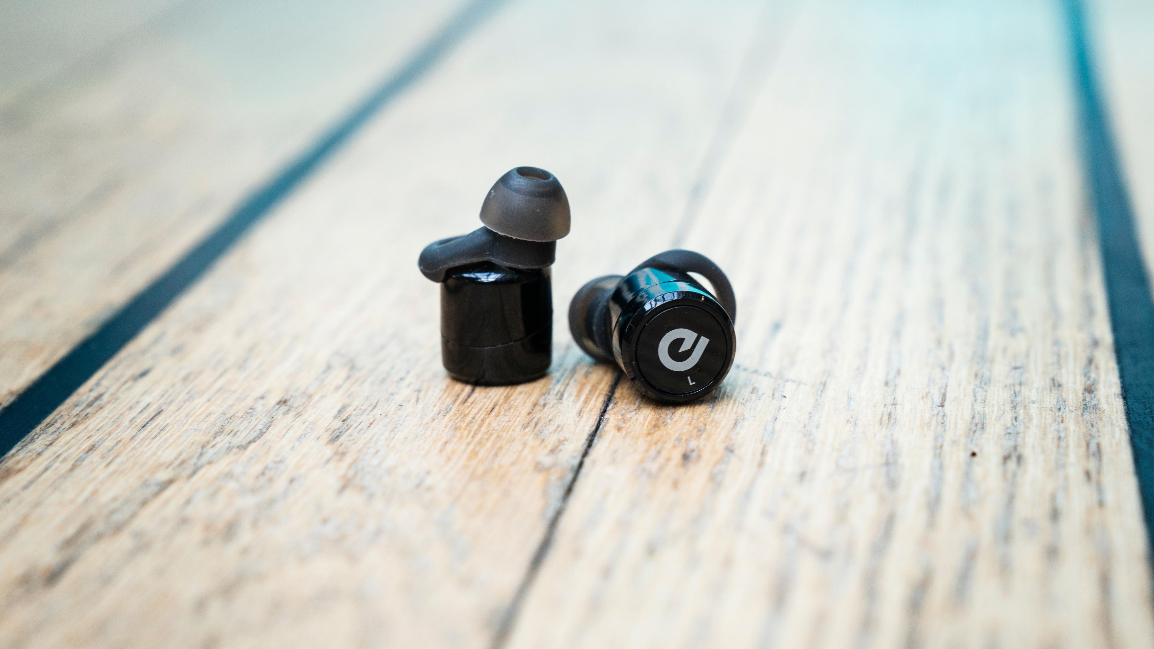 En liten tast sitter utenpå hver øreplugg. Det gir grunnleggende kontrollmuligheter, men fører også til at du dytter pluggen inn i øret.