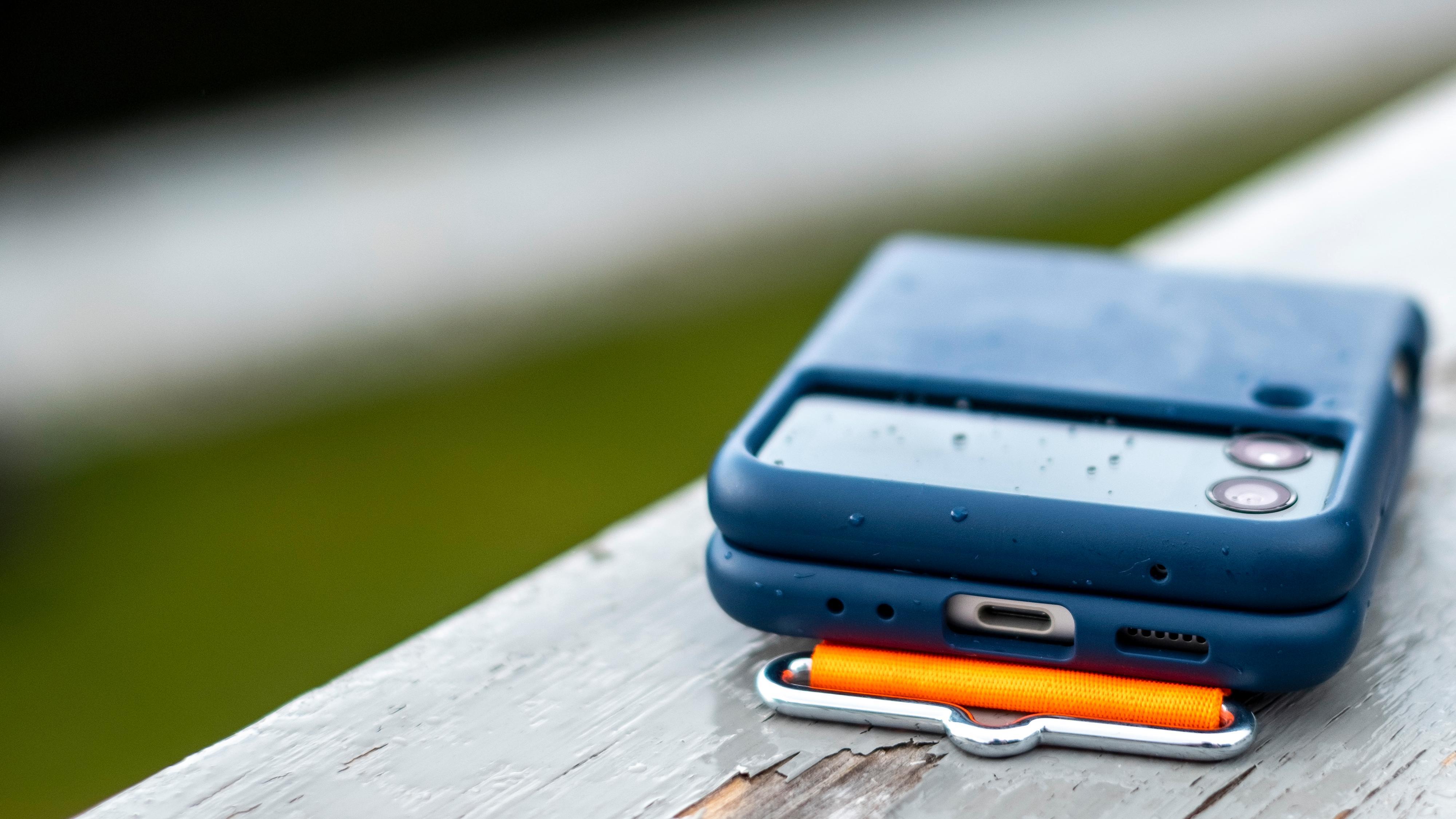 Samsung sier selv at de har nedprioritert masse ekstra funksjoner og «bundling» av tilbehør for å få prisen så hyggelig som mulig på Z Flip 3. Men de har fortsatt et innbytteprogram som kan gi avslag på kjøp av telefonen, og alle telefonene kommer med skjermforsikring inkludert - men du må aktivere den innen 30 dager etter kjøpet.
