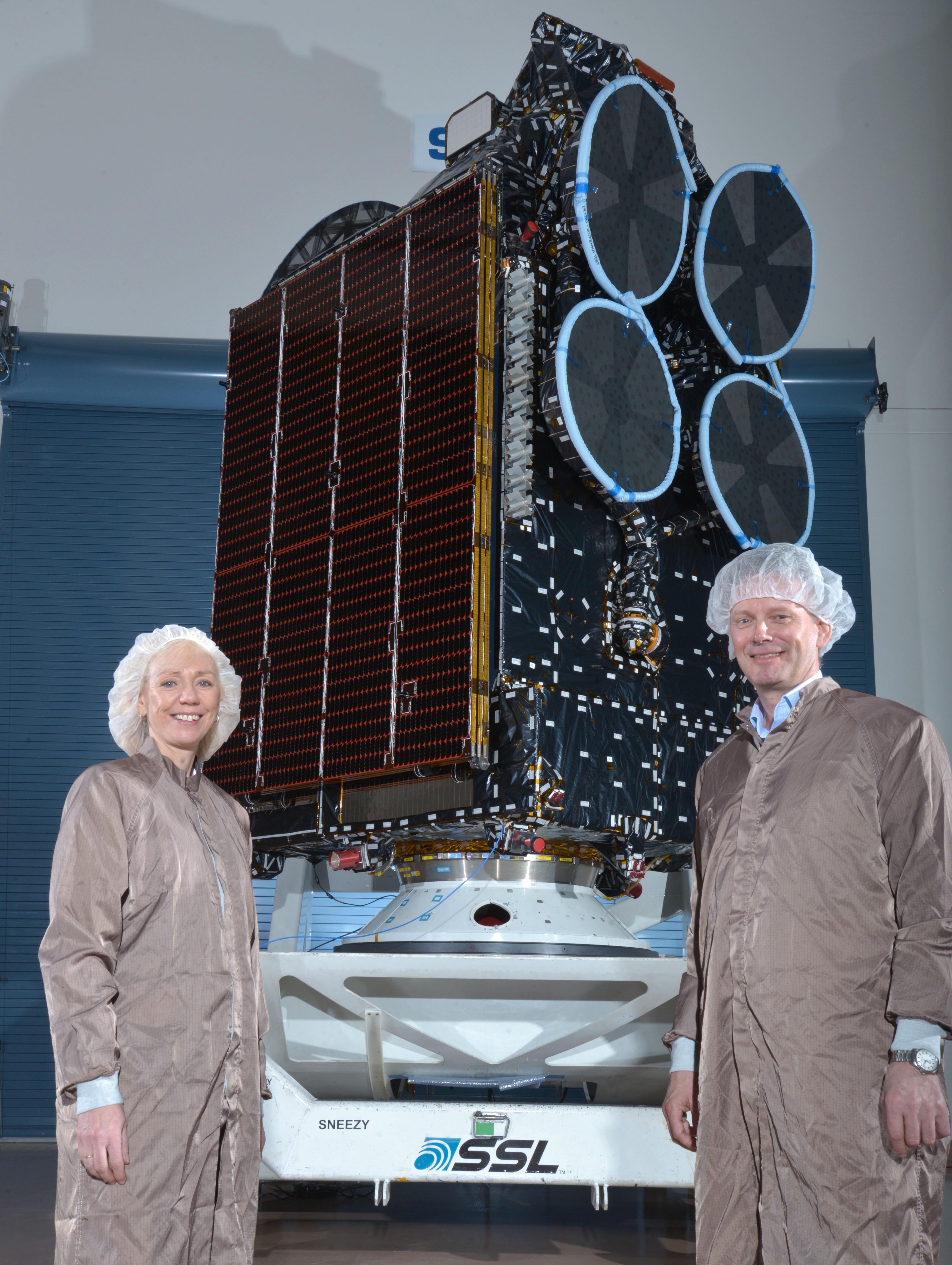 Oddveig Tretterud, direktør for Thor 7-programmet til venstre, og administrerende direktør i Telenor Satellite Broadcasting, Morten Tengs. Det var fotoforbud inne på fabrikken, så alle bildene fra turen vår er tatt av produsenten.Foto: SSL