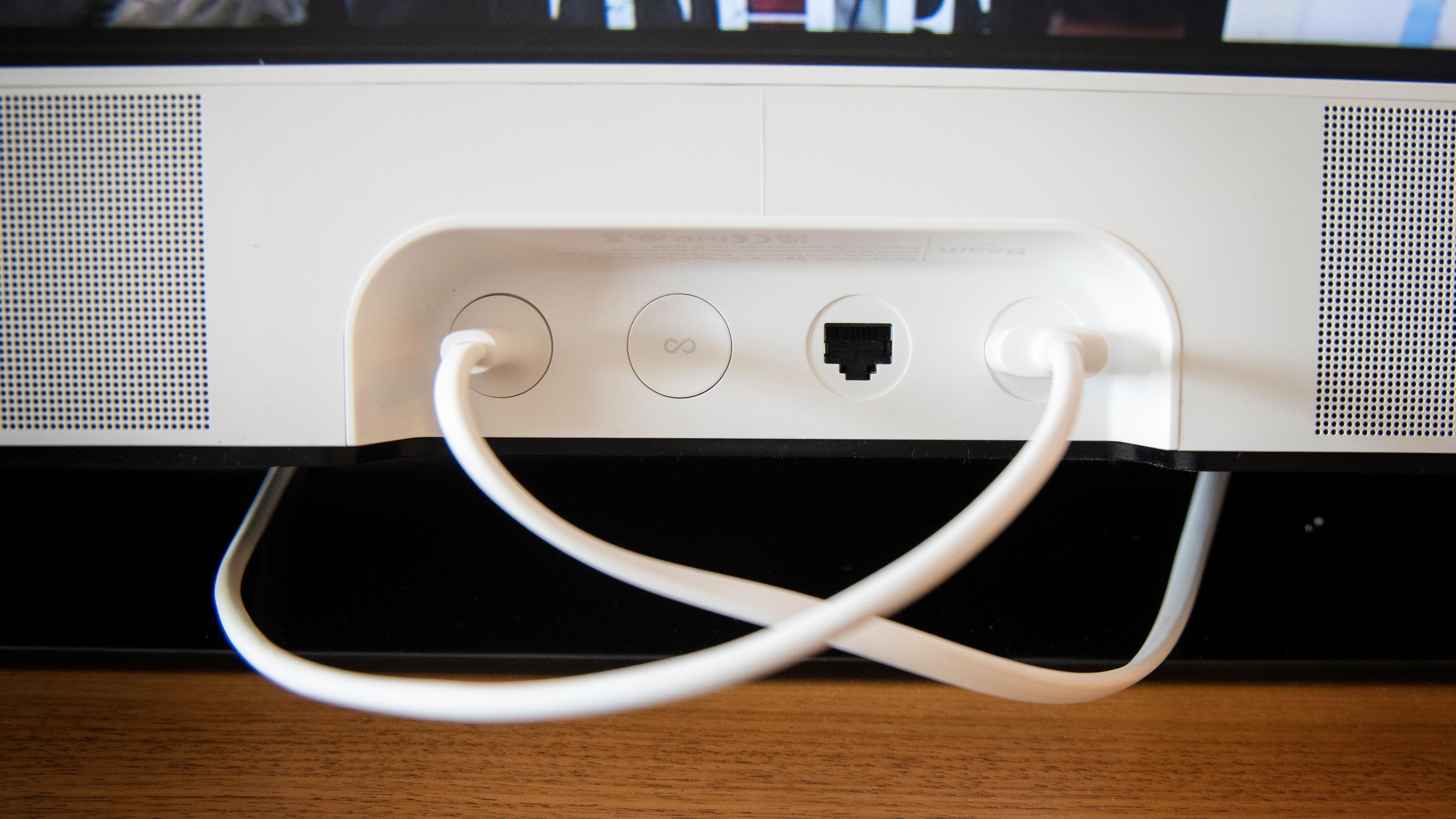 Strøm, HDMI og ethernet er de eneste tilkoblingene du får.
