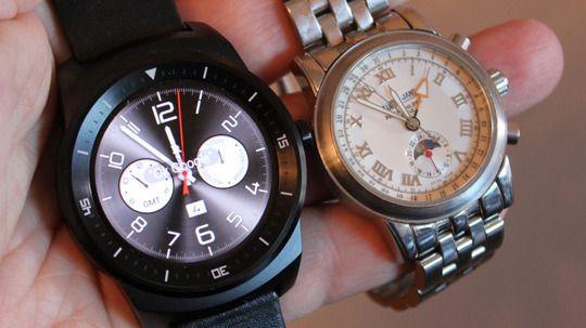 LG G Watch R har skjermpanel med P-OLED-teknologi. Dette er paneler som kan bøyes, men vi har ikke sett noe til bøyelige telefoner etter LGs G Flex. Til neste år har derimot både LG og Samsung lovet telefoner vi kan bøye.Foto: Espen Irwing Swang, Tek.no