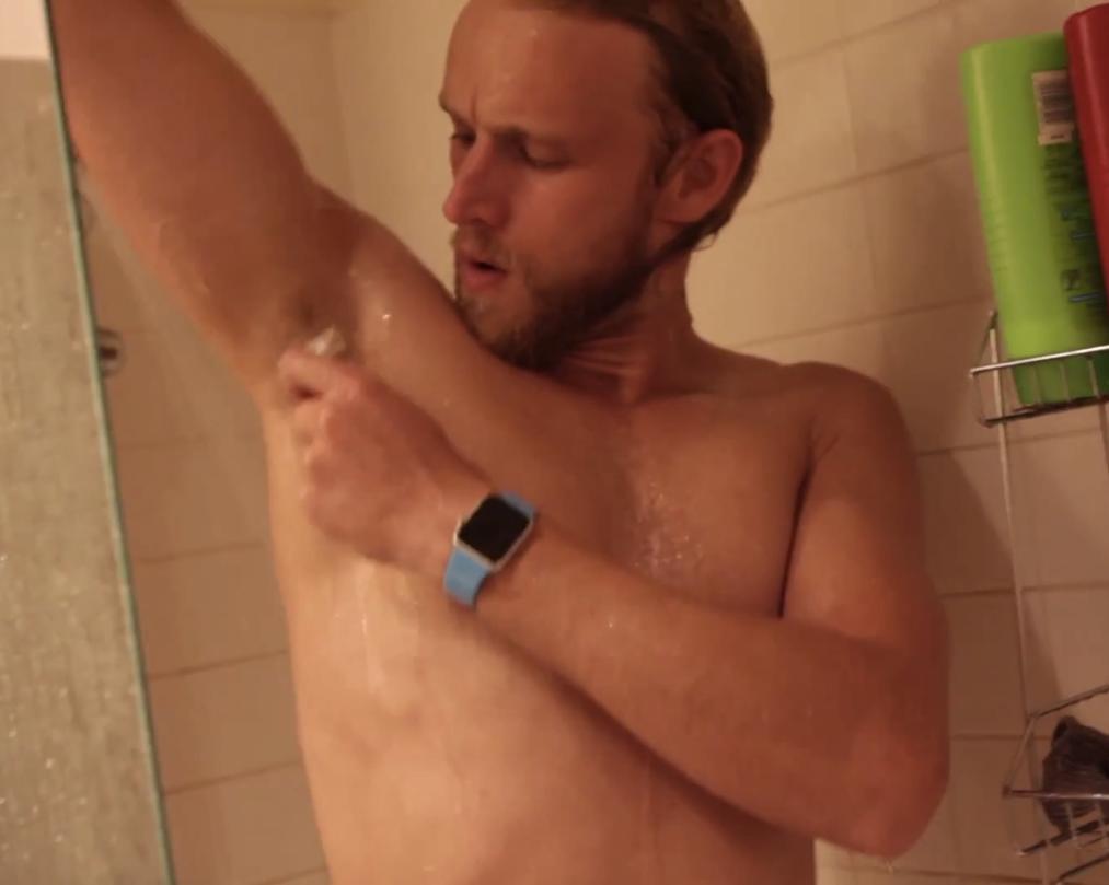 Dusj i vei! Apple Watch tåler både såpe og vann. Foto: Skjermdump fra YouTube/FoneFox