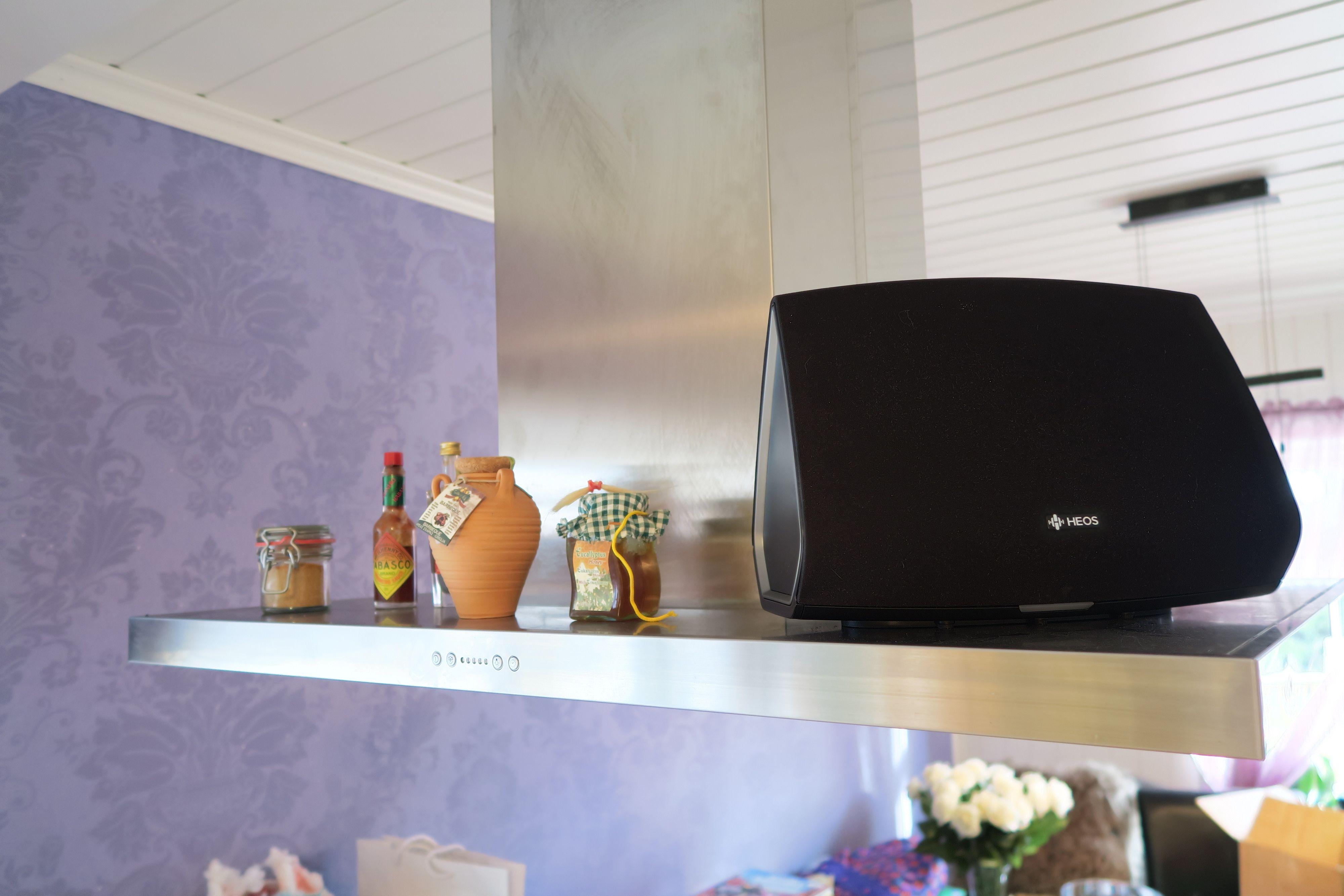 HEOS 5 er litt mindre enn HEOS 7, og kan for eksempel stå på kjøkkenet ditt. Foto: Ole Henrik Johansen / Tek.no