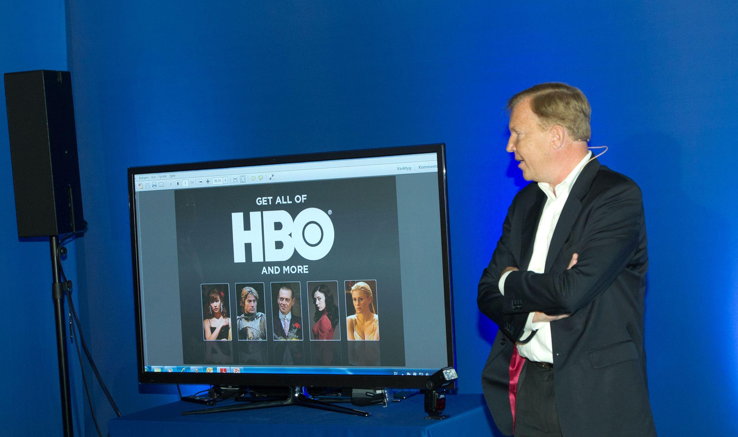 Hervé Payan viser fram et par av seriene som vi får se via HBO Nordic.Foto: Rolf B. Wegner, Hardware.no