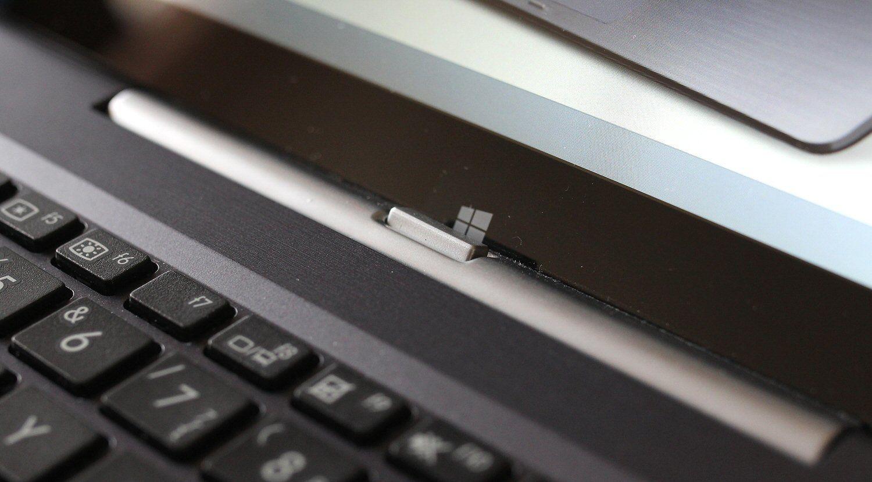 Knappen som løsner brettet fra basen. Her ser du også den «falske» Windows-tasten.Foto: Vegar Jansen, Hardware.no