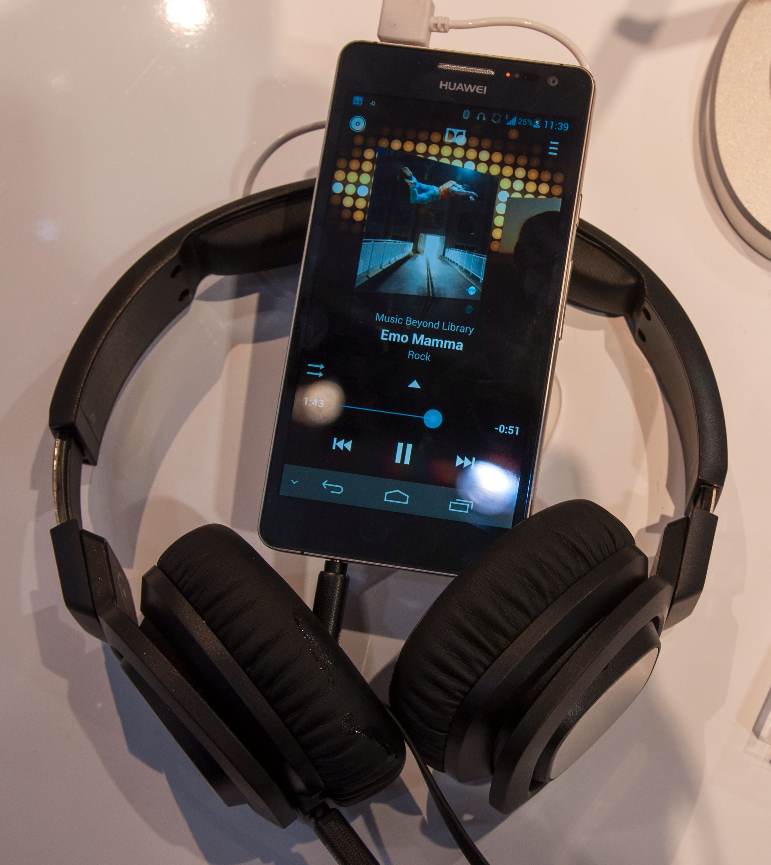 Flere tidligere Huawei-telefoner har hatt middelmådig lydkvalitet. Lydkvaliteten stod i fokus på Huaweis stand i dag, og Ascend D2 virker, med første ørekast, å gjøre en strålende jobb på den fronten.Foto: Finn Jarle Kvalheim, Amobil.no