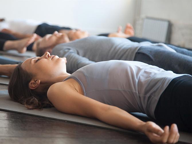 MEDITATIV YOGA: Ligg still i tjugo minuter. Avstressande och mentalt lugnande.