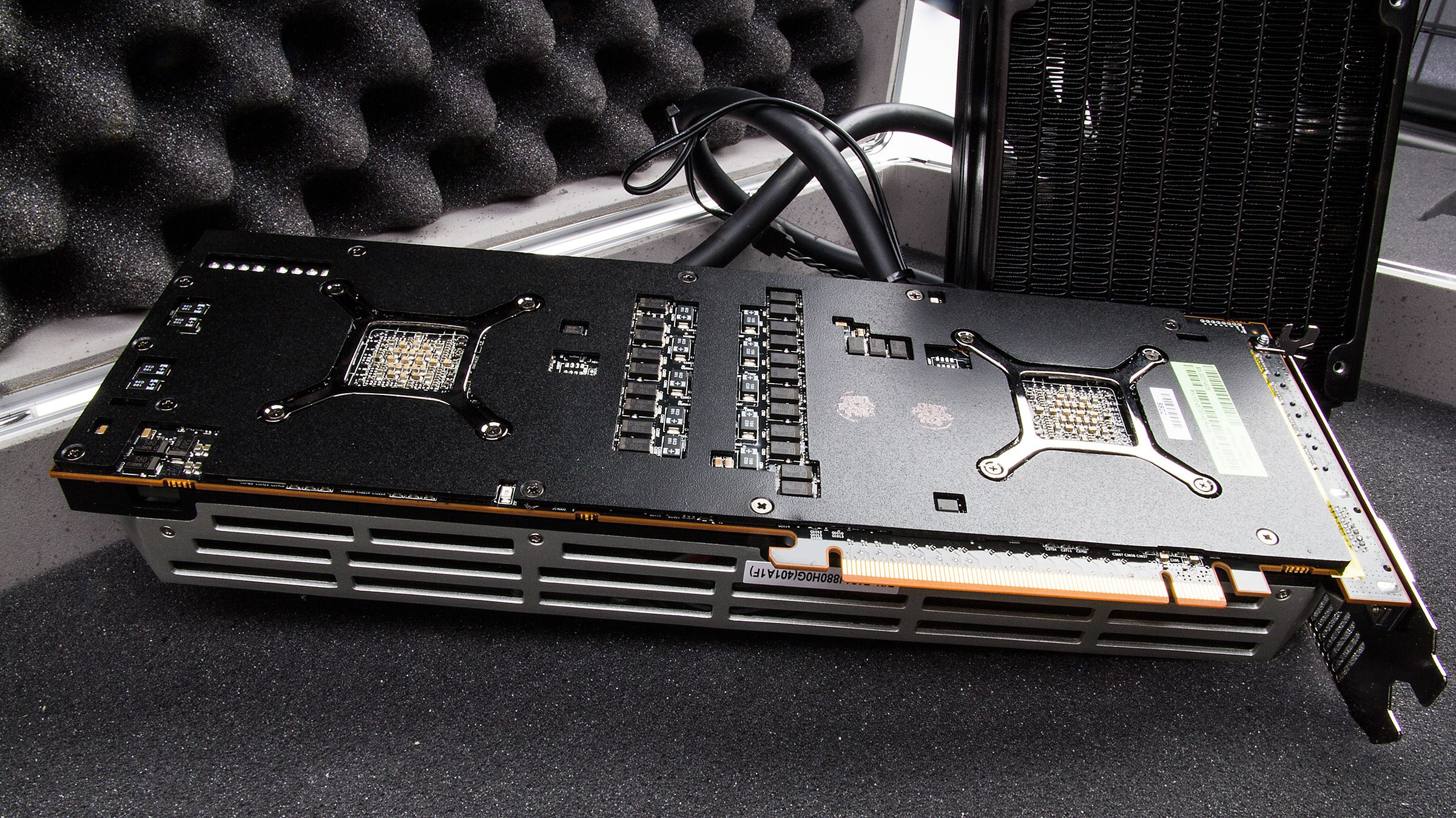 En kraftig matt sort bakplate bør hjelpe litt på kjøleegenskapene, men også sikre at kortet holder seg stivt og stabilt.Foto: Varg Aamo, Hardware.no
