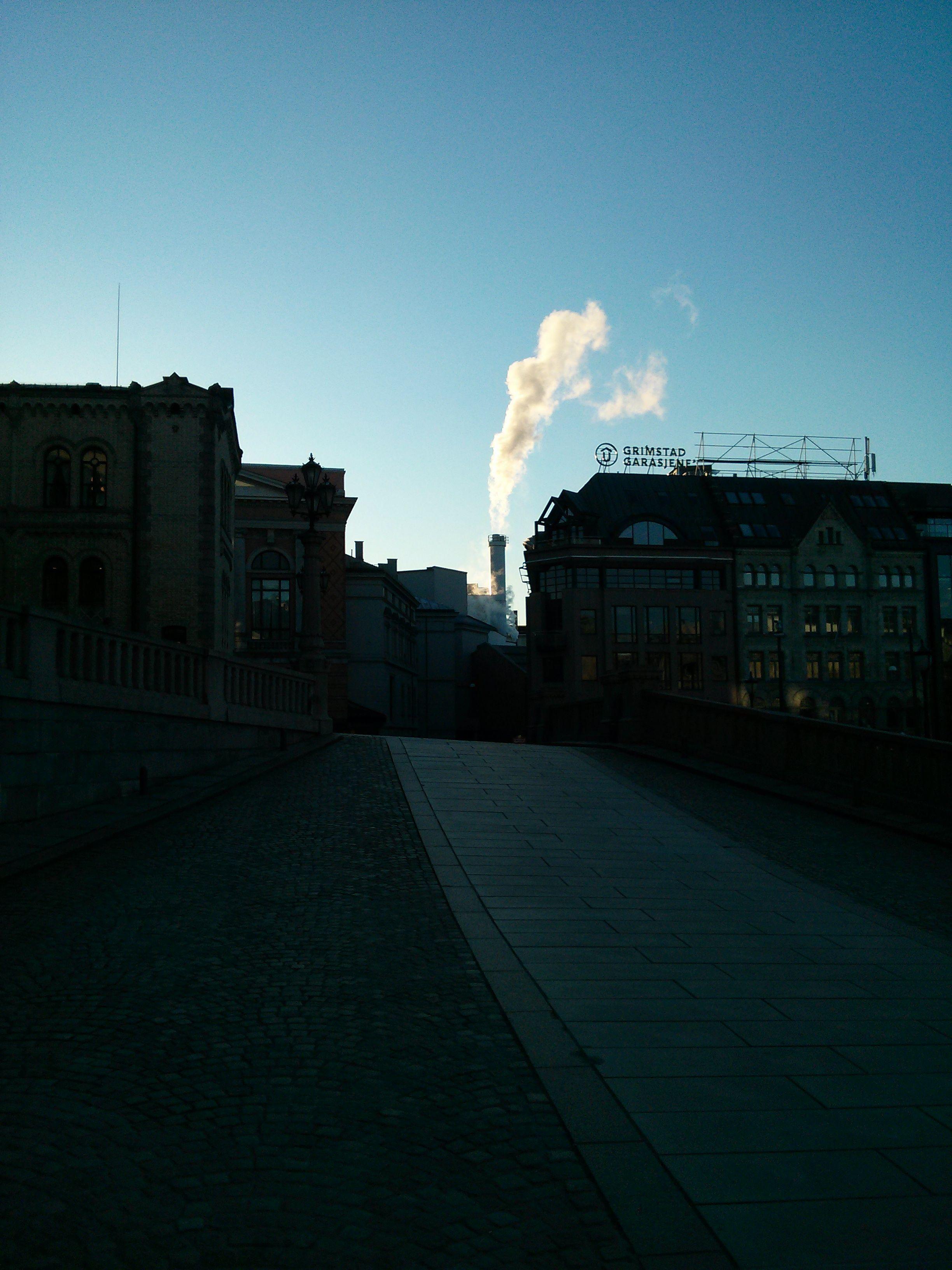 Her har vi tatt med mer av himmelen. Pipen og røyken som kommer fra den er gjengitt godt, men bakken er undereksponert.