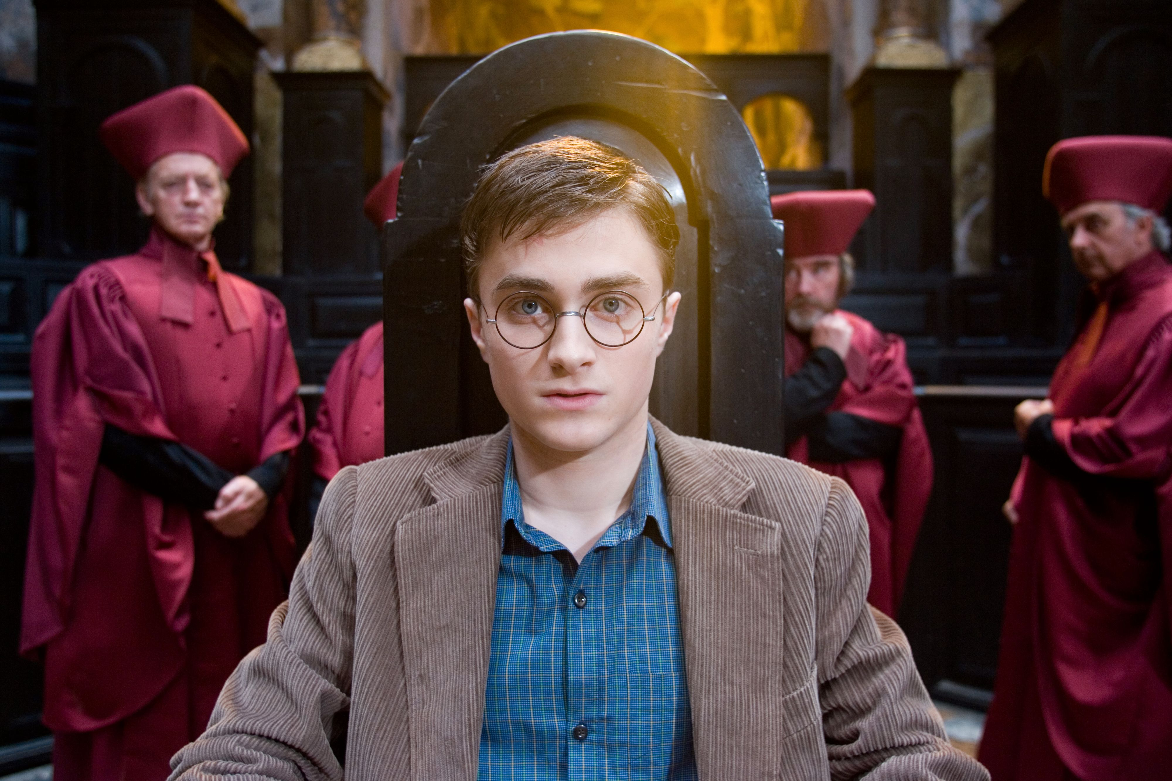 Harry Potter stilles for retten i Magidepartementet.