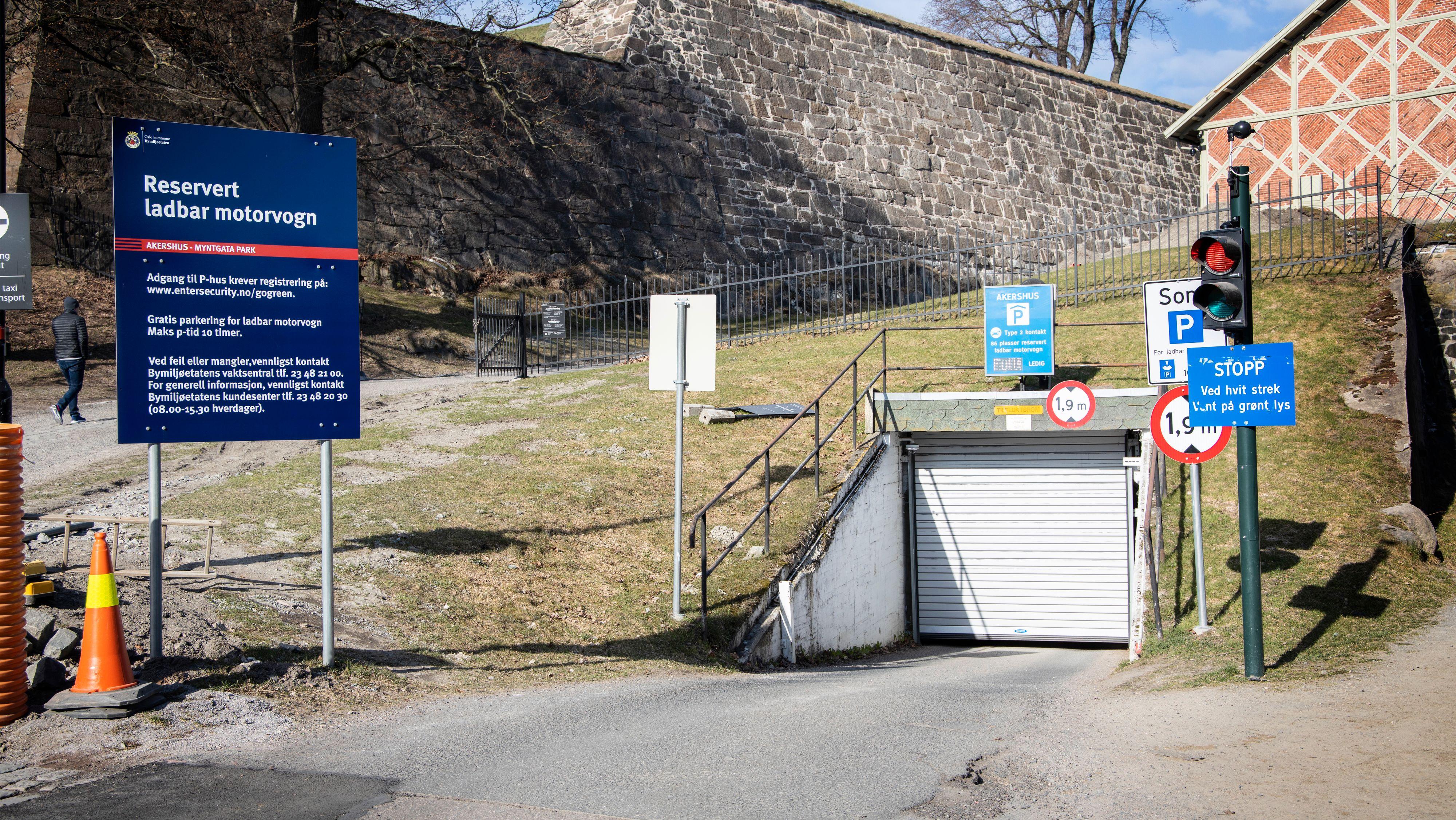 Denne ladegarasjen under Akershus festning er i praksis den eneste kommunale ladeparkeringen som gjenstår for privatbiler i Oslo sentrum. Den er stort sett full fra i sjutiden om morgenen på hverdager.