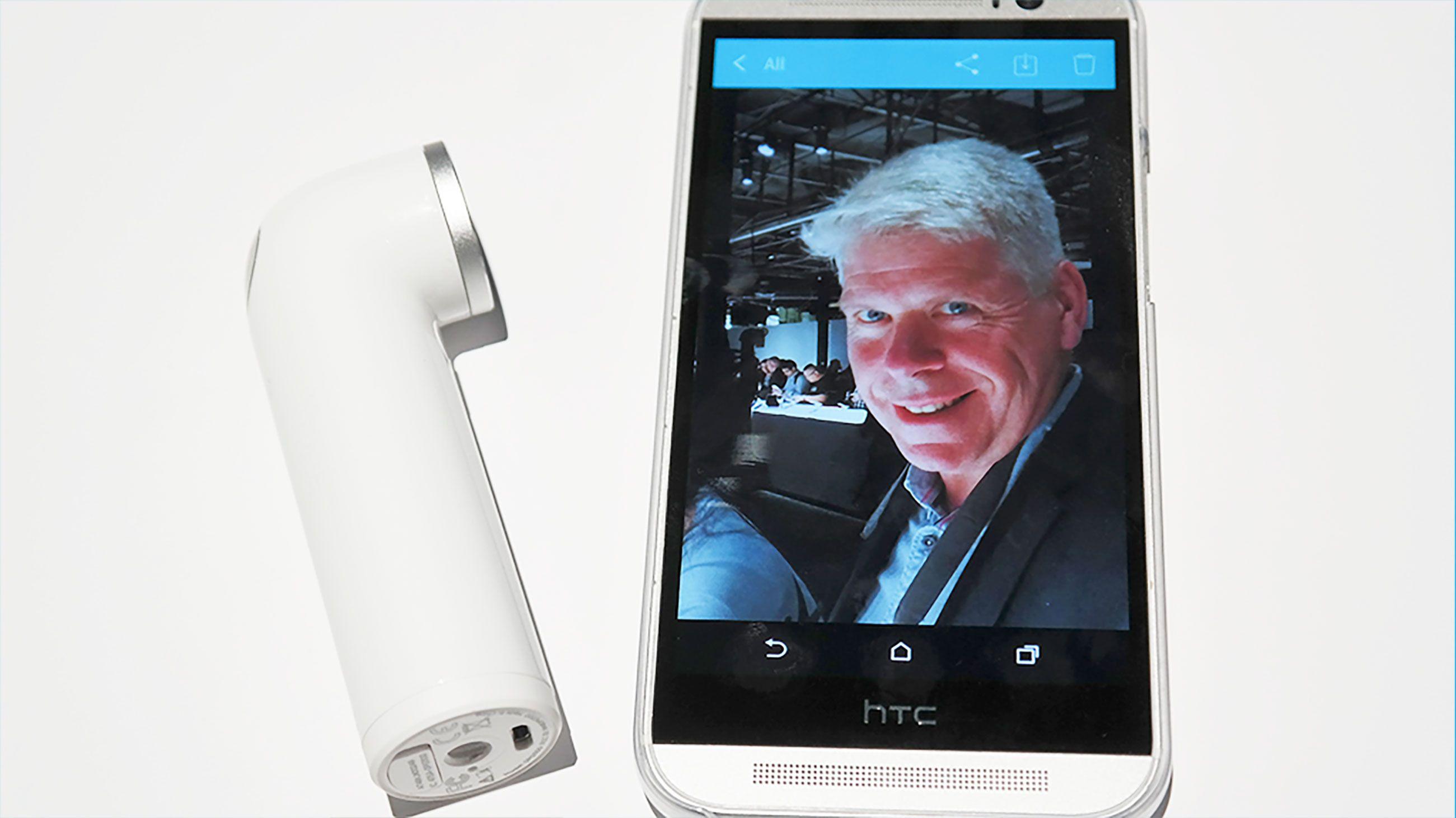 Bildet du tar med RE kan sendes direkte til internett, eller du kan hente det opp på mobilen din.Foto: Espen Irwing Swang, Tek.no