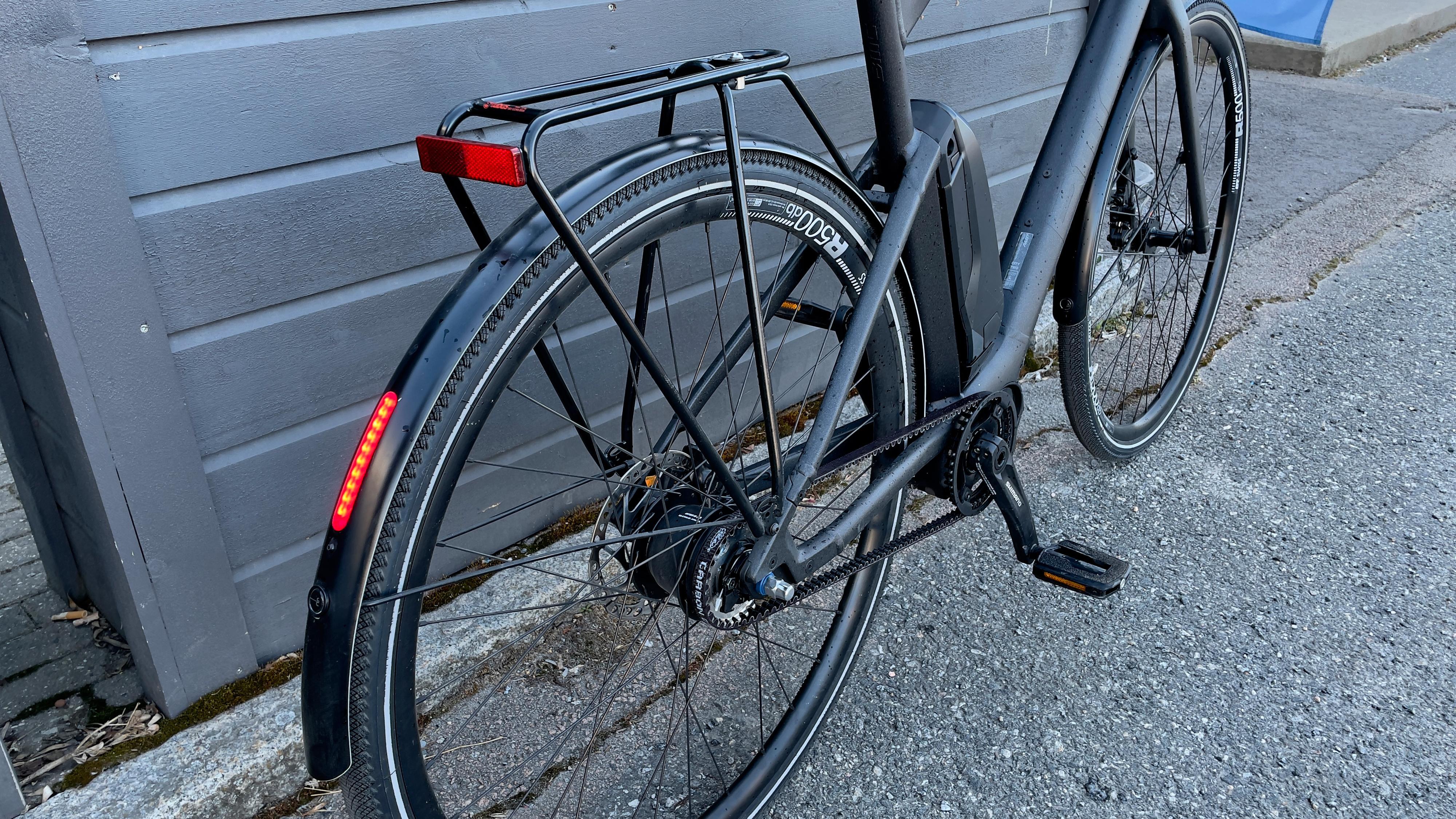 Sykkelen har en ren design.