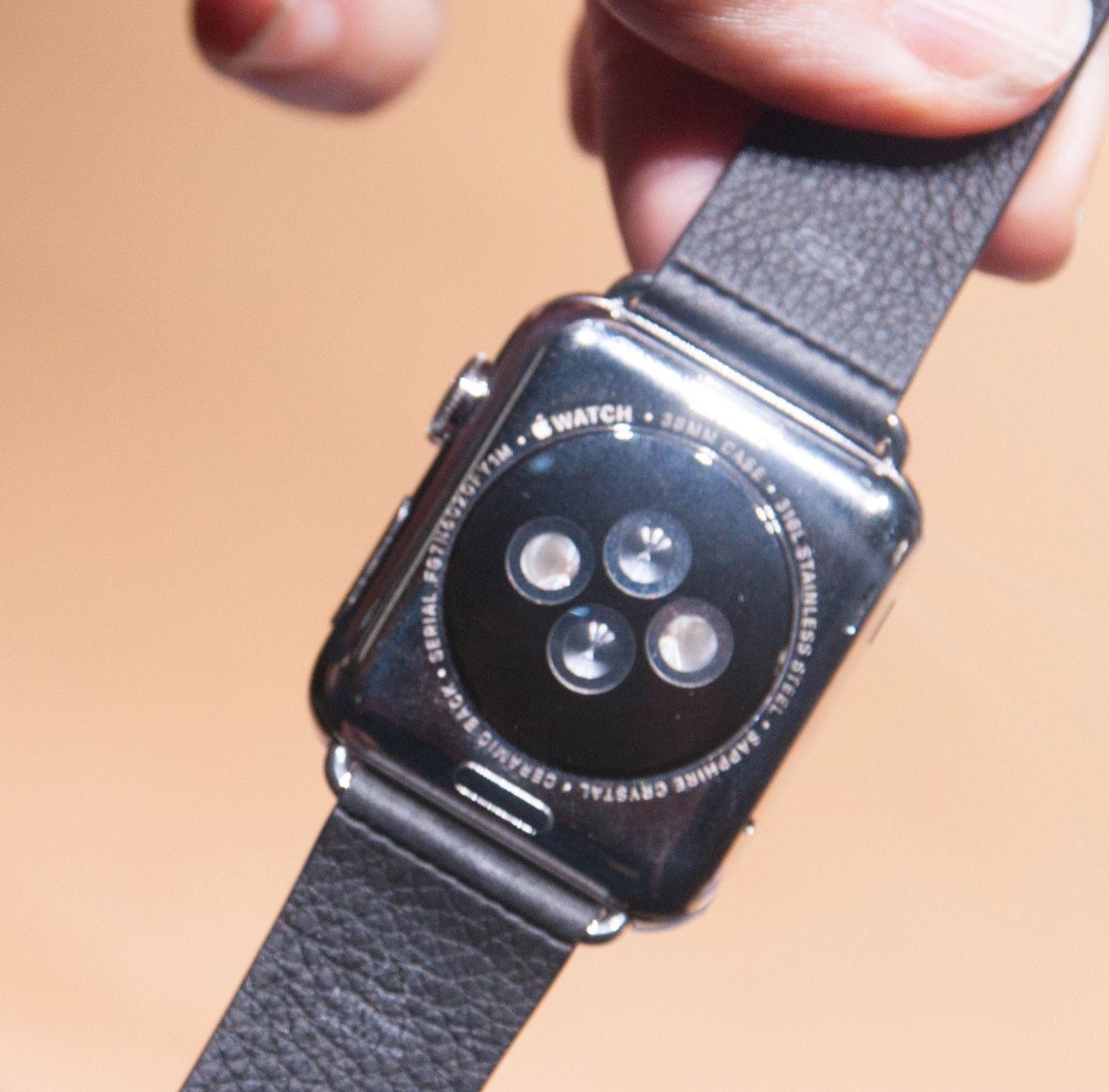 På undersiden har klokken pulssensor som brukes i kombinasjon med treningsappen Apple har laget. Den kan også fôre tredjeparts treningsapper.Foto: Finn Jarle Kvalheim, Amobil.no