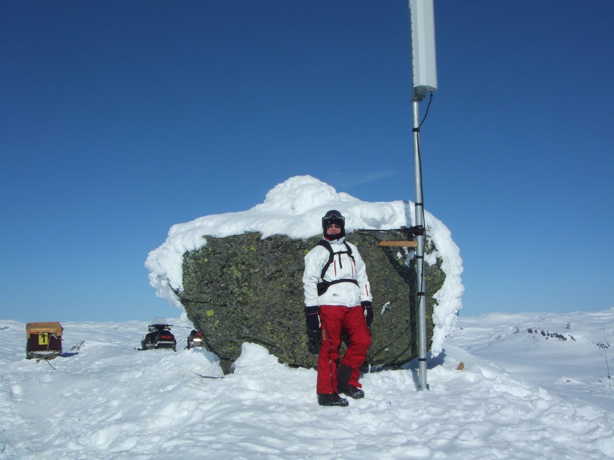 Dekningsdirektør Bjørn Amundsen i Telenor foran en midlertidig utplassert basestasjon.Foto: Telenor