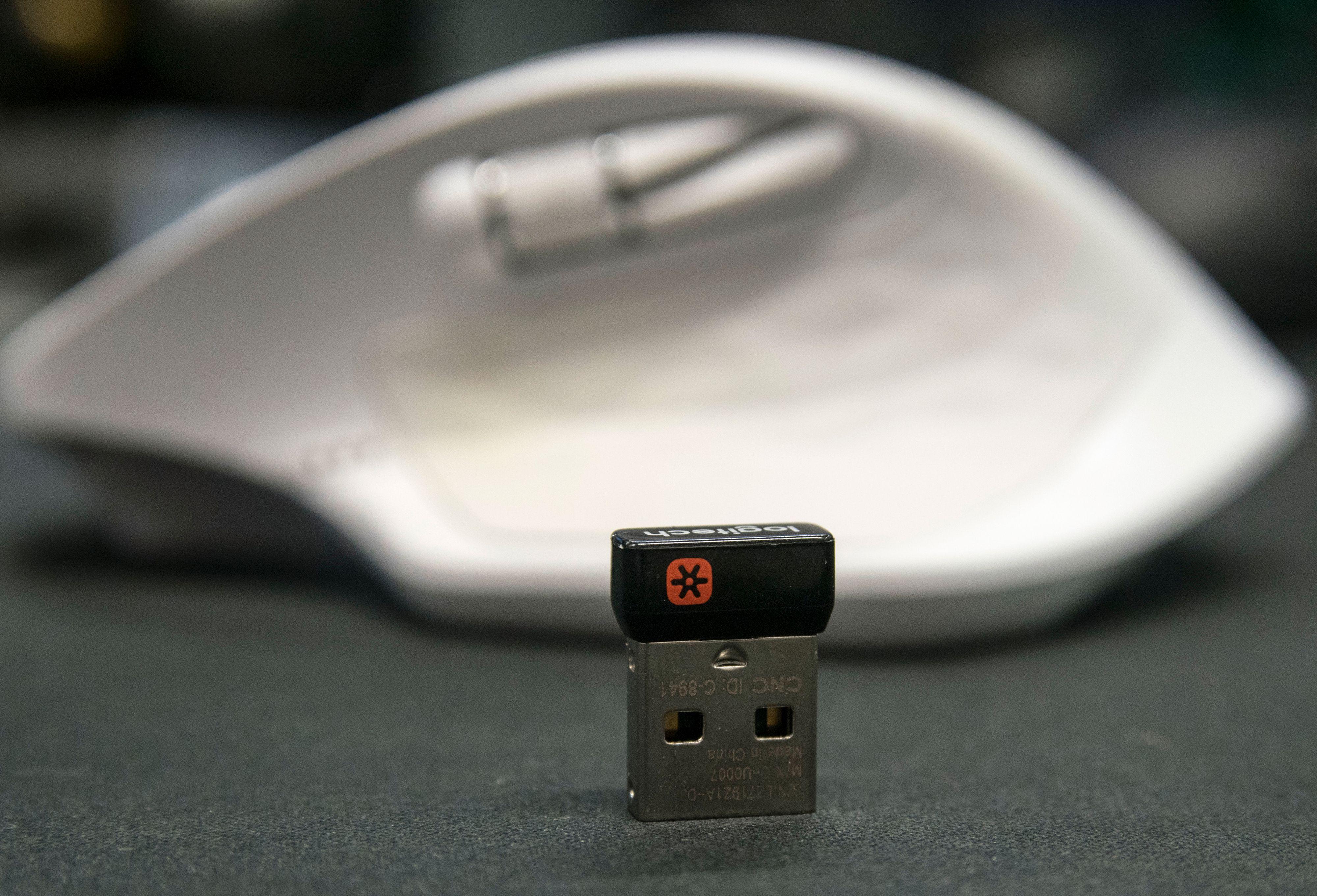 Logitechs Unifying-mottaker passer med de fleste nyere Logitech-mus og koster relativt lite å erstatte. MX Master 2S kan bruke en slik liten plugg, eller Bluetooth-funksjonen som er bygget inn i PC-en din.