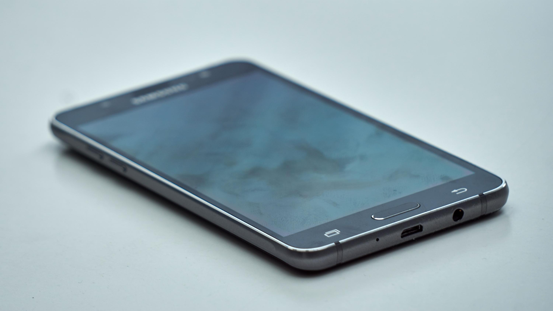 Dette er dagens Galaxy J5-modell, med metallramme og flat skjerm.