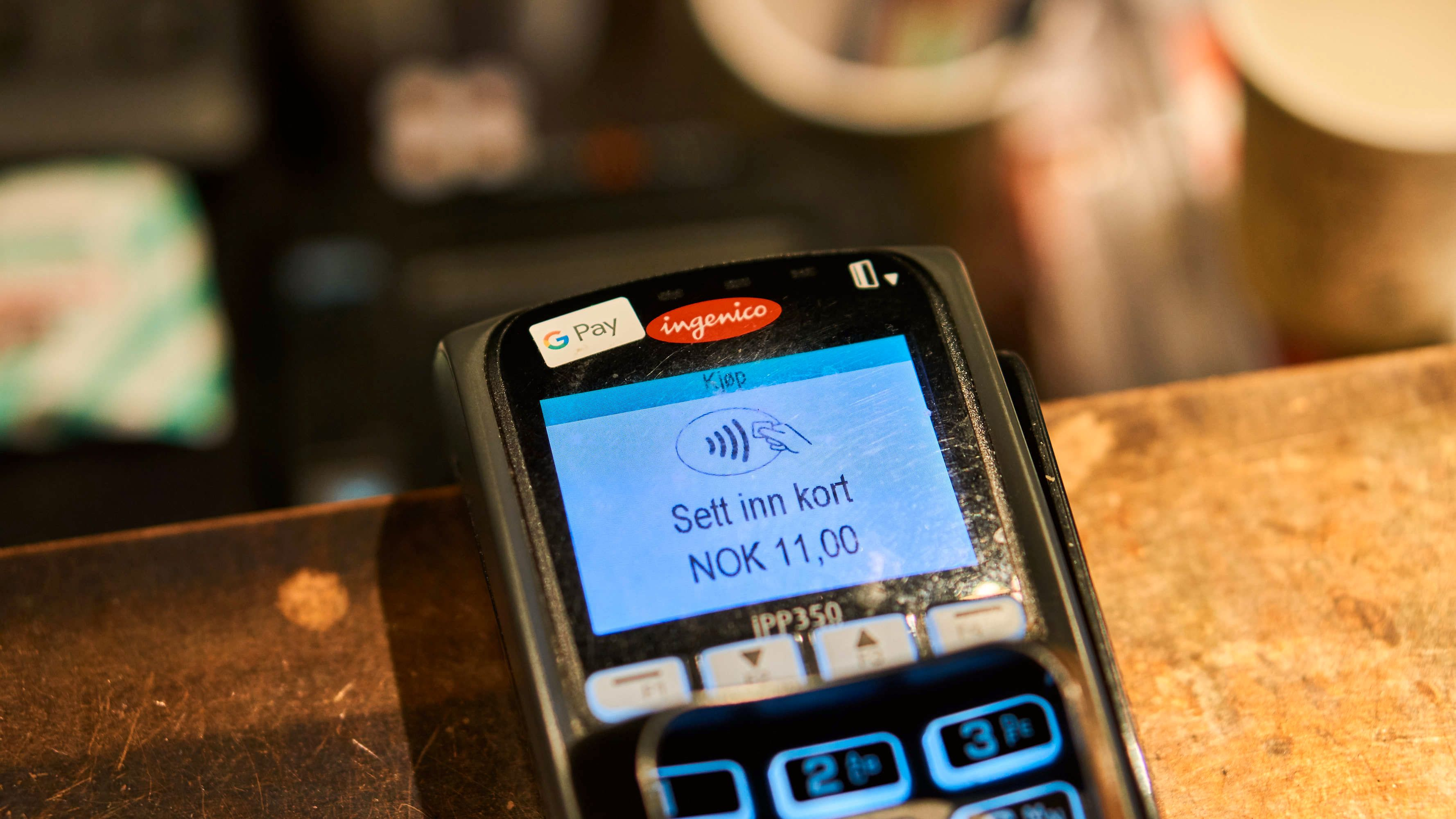 Ser du den vifteformede logoen for kontaktløs betaling kan du bruke kontaktløse kort, eller mobile løsninger som Google Pay og Apple Pay også.