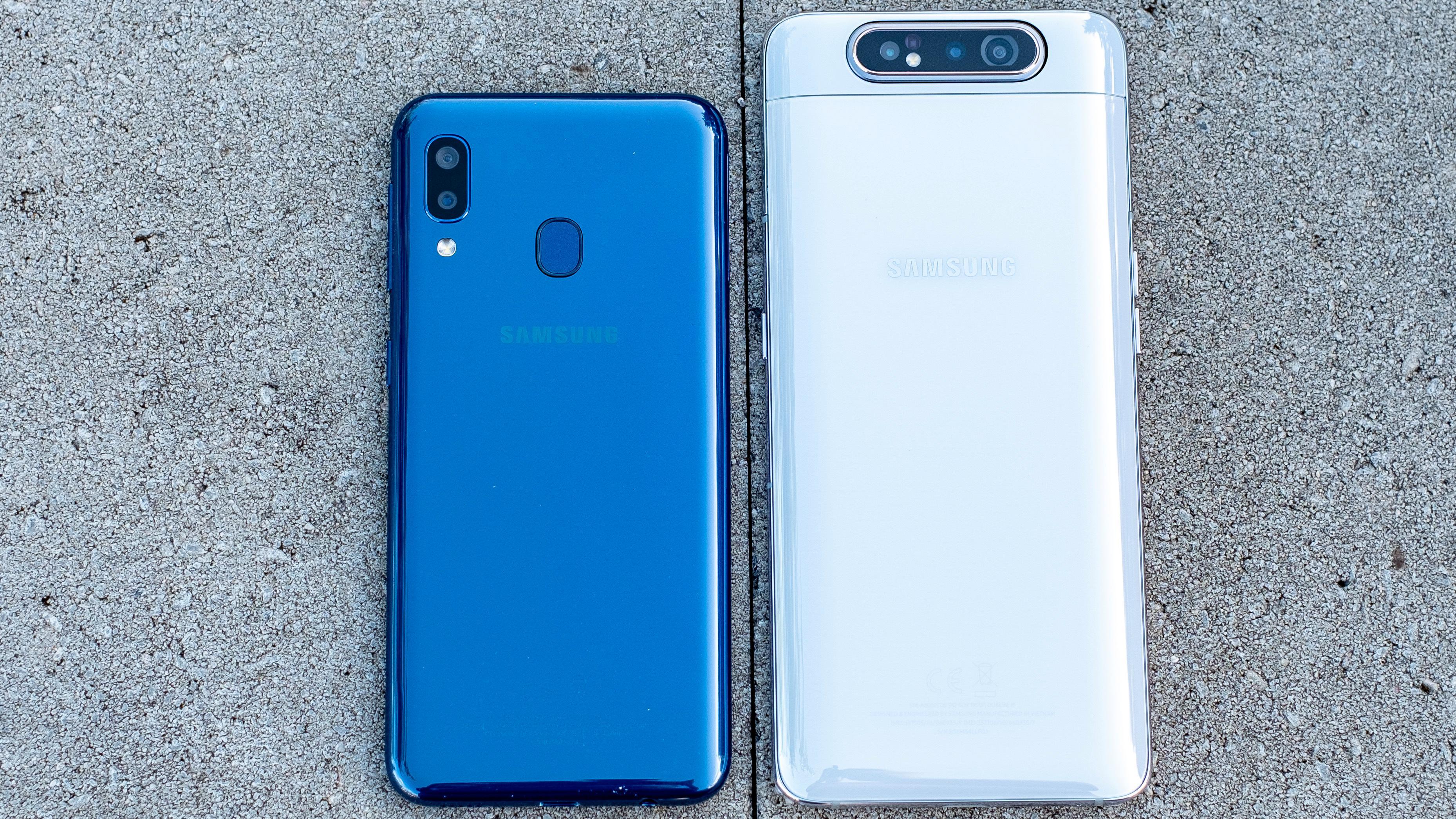 A-serien strekker seg fra noen av de billigste mobilene i Samsungs utvalg til noen av de dyrere. Til venstre ser du Galaxy A20e, som ligger på rundt 1700 kroner.