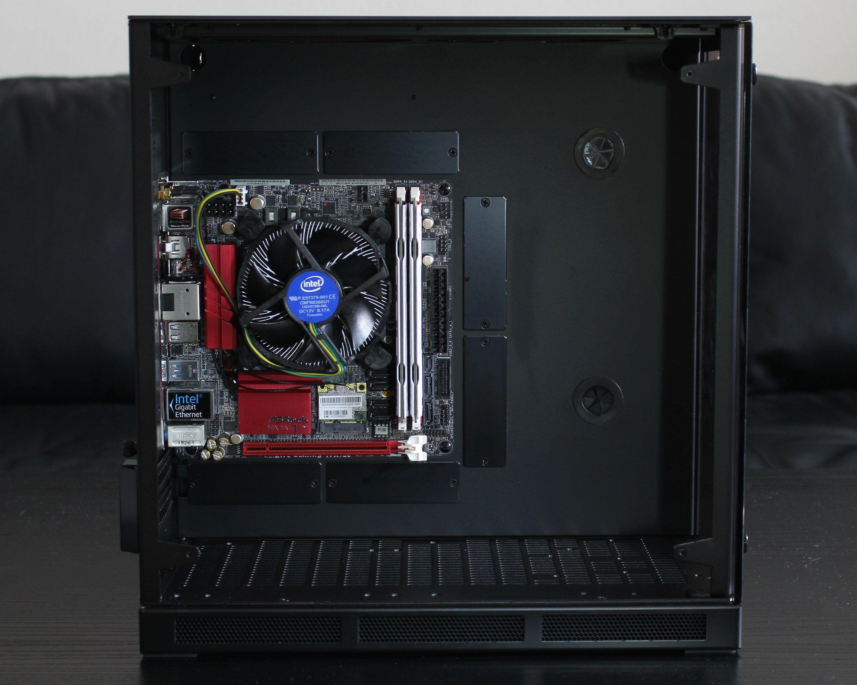 Til å kun ta Mini-ITX er det godt med plass i kabinettet.