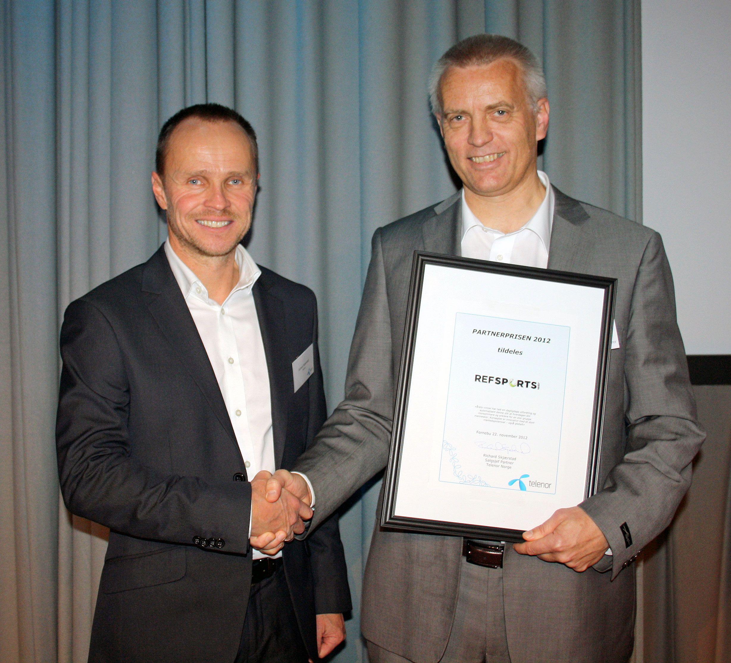Til venstre: Richard Skjærstad, salgssjef Partner i Telenor Business, til høyre: Martin Eikeland, grunnlegger og daglig leder av RefSports.Foto: Telenor