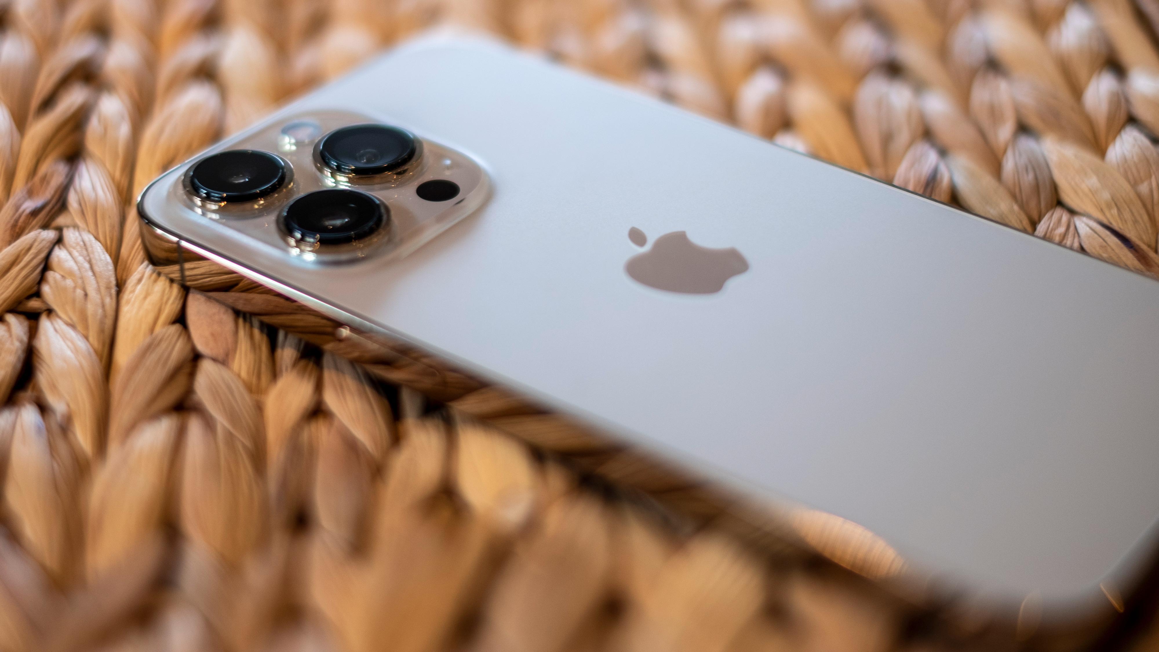 I år har iPhone 13 Pro fått de samme gode kameraene og den samme utmerkede Pro Motion-skjermen som storebror, iPhone 13 Pro Max.