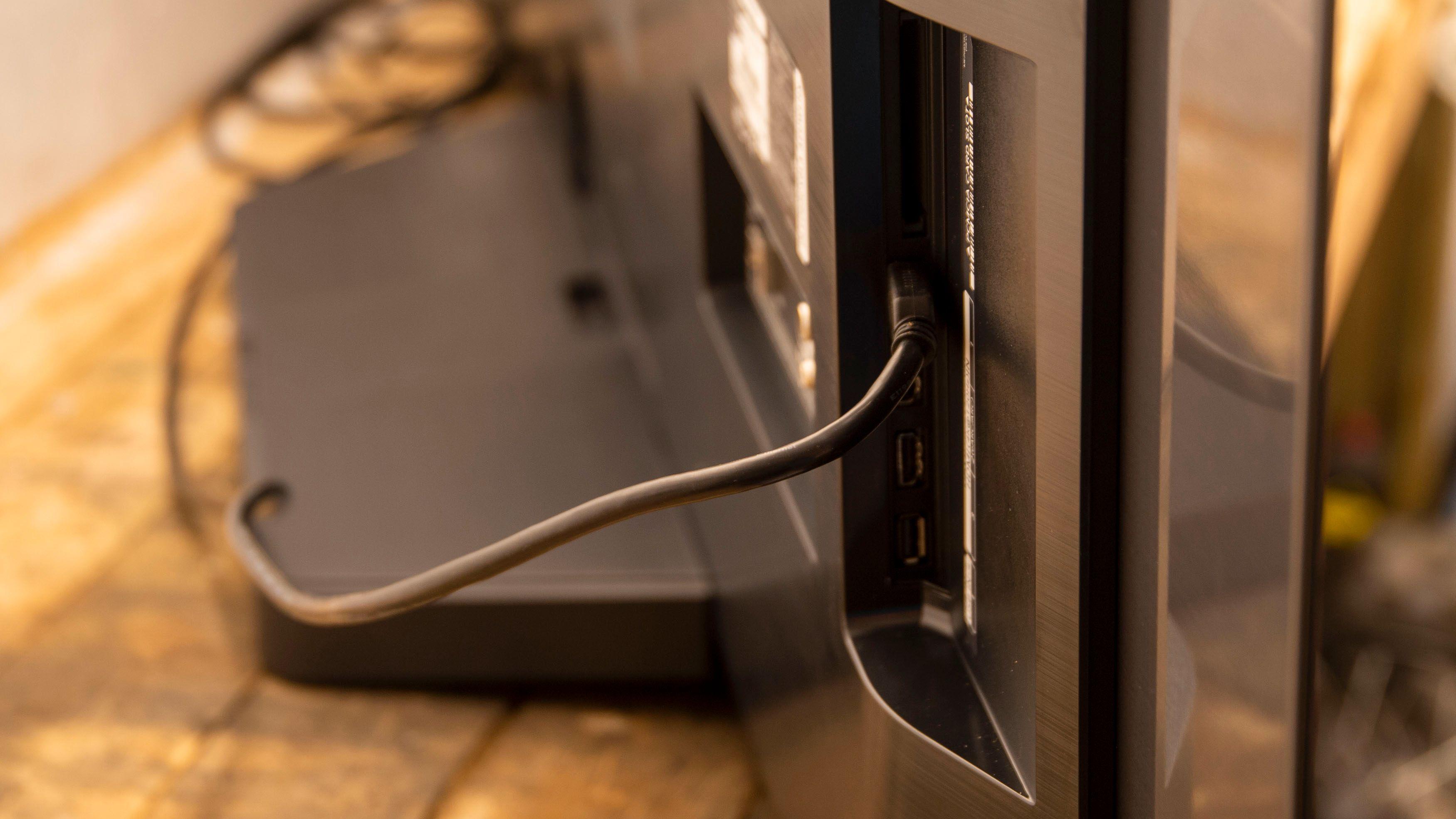 Noen av portene kan skape krøll om du skal henge denne TV-en på veggen.