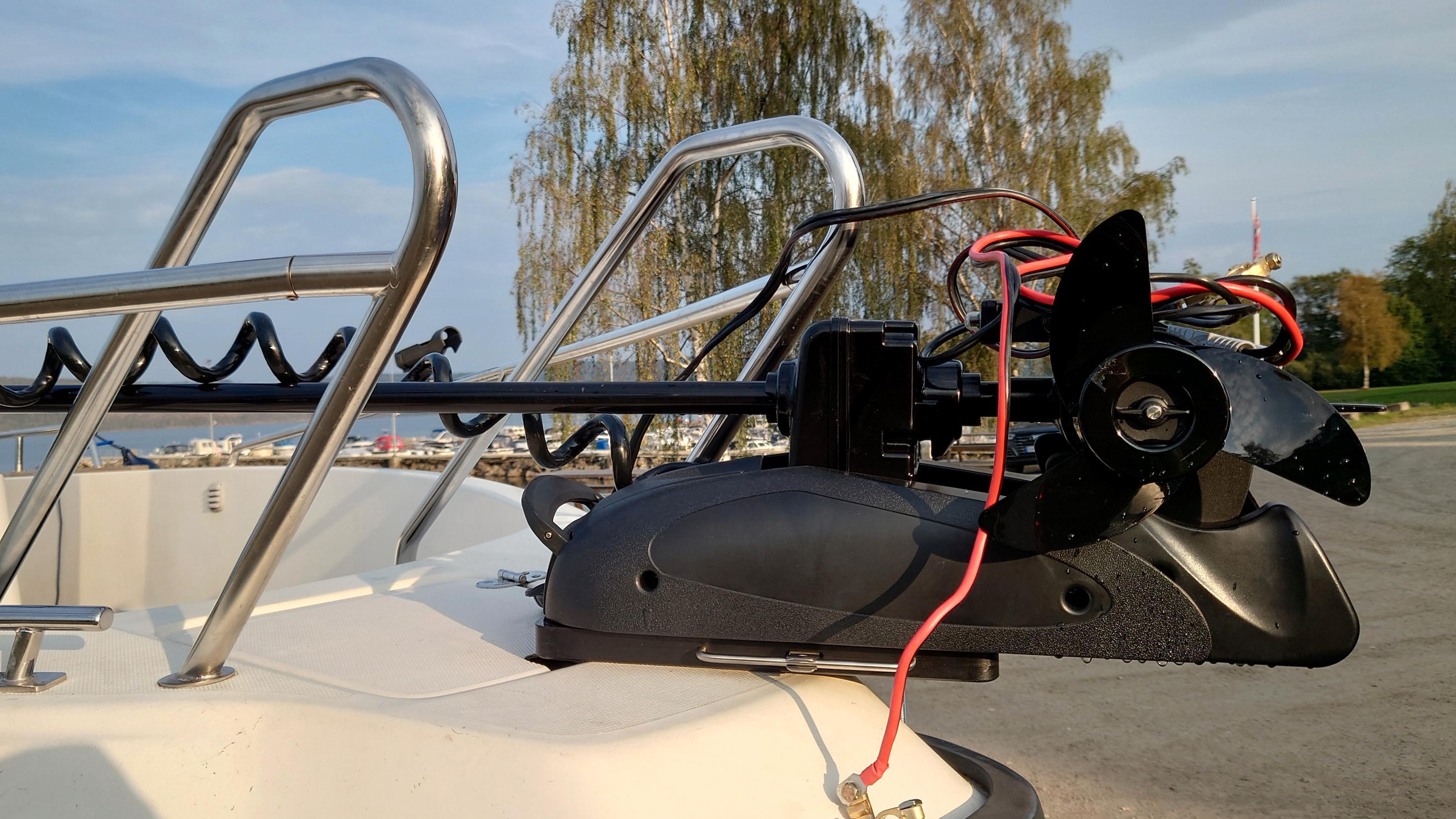 Motoren festes på en festeplate som må skrus fast i båten. Når det er gjort er det en enkel sak å låse den med en dobbel festepinne. Hvis du legger motoren igjen på land er det kun en liten svart festeplate som sitter fast i skuta.