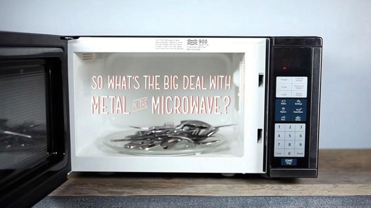 Hva skjer egentlig hvis du putter metall i mikrobølgeovnen