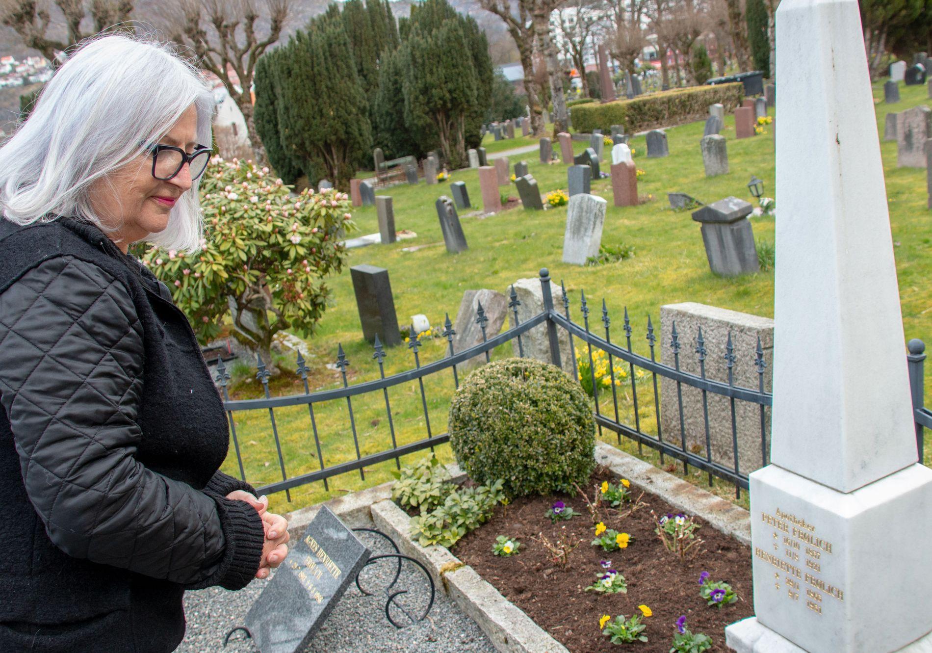PENT GRAVSTED: Familiegravstedet til Frølich-familien er alltid velstelt og pent. Ingrid Frølich og søsknene har nemlig stellavtale med Akasia.