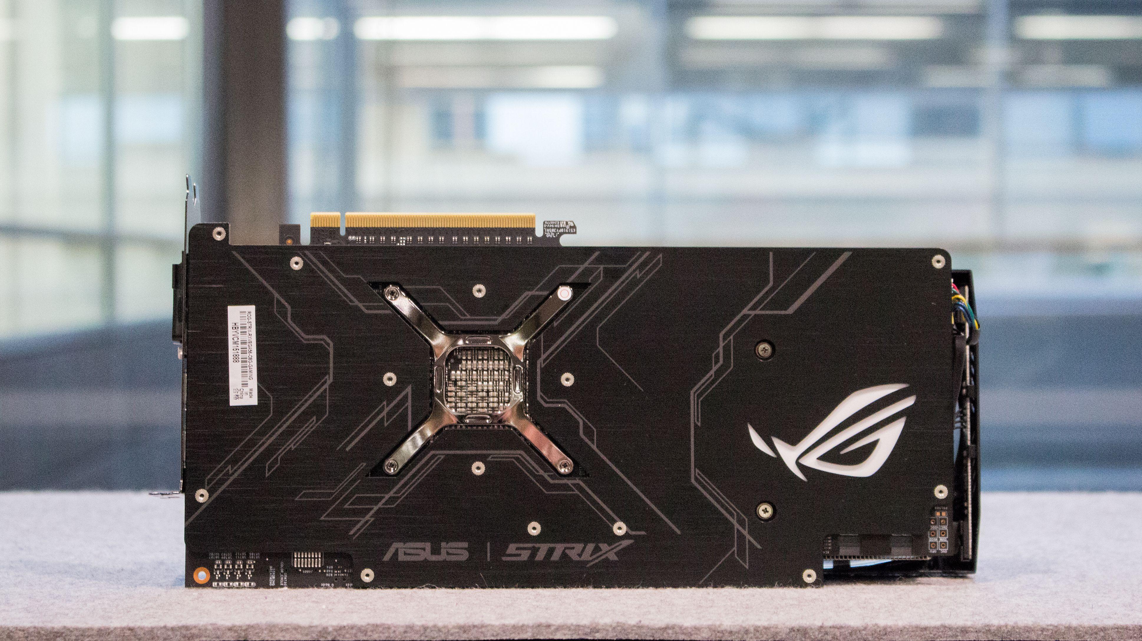 Asus' RX Vega 56 ROG Strix OC er godt bygget, men selv om selskapet har gjort en formidabel innsats med kjøleløsningen redder ikke dette den svært dyre og ineffektive Vega-brikken som ligger til grunn for kortet. Bilde: Anders Brattensborg Smedsrud, Tek.no