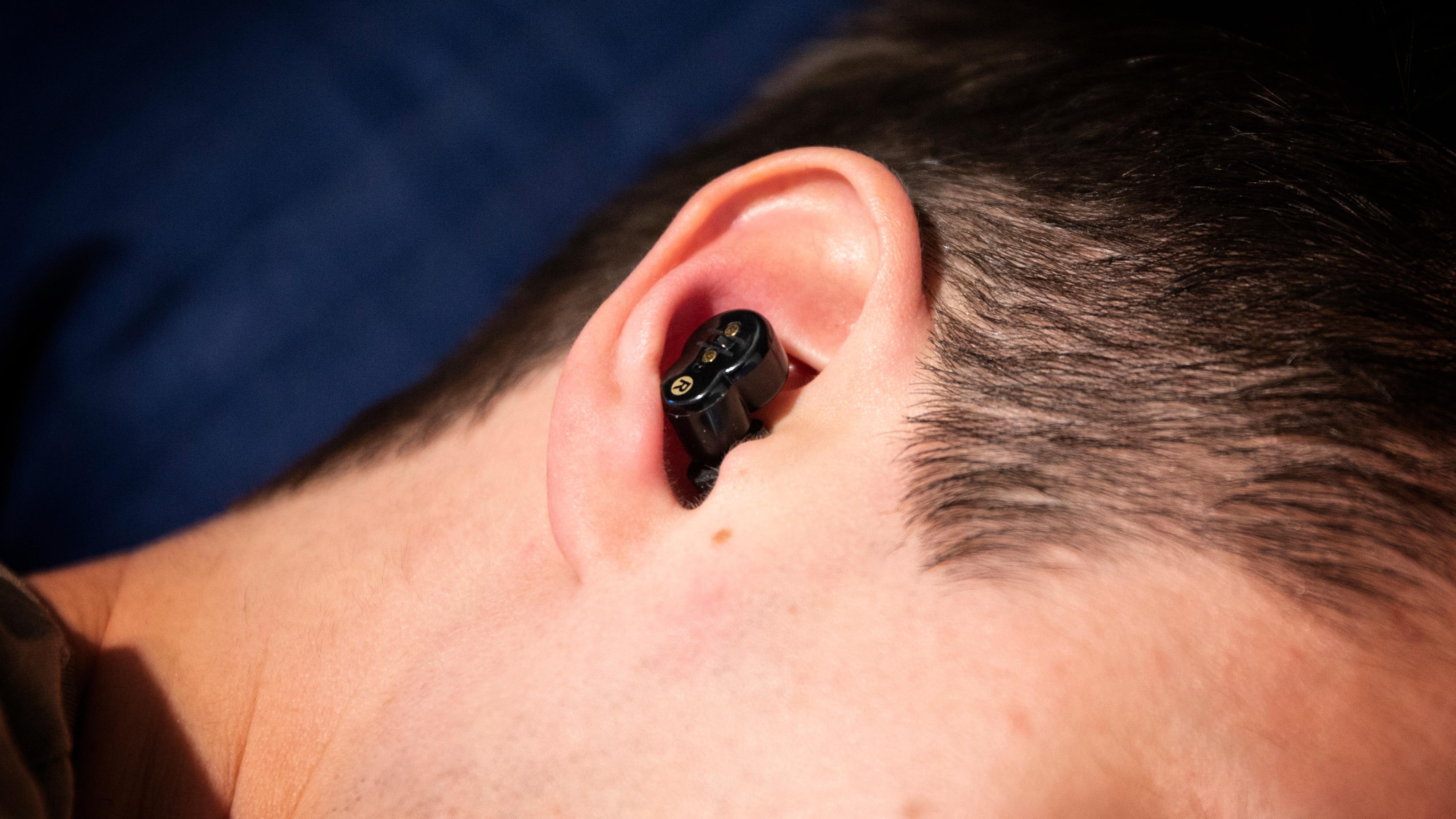 QuietOns små sovepropper satser på aktiv støydemping fremfor Bose-løsningen med maskering av støyen med annen støy.