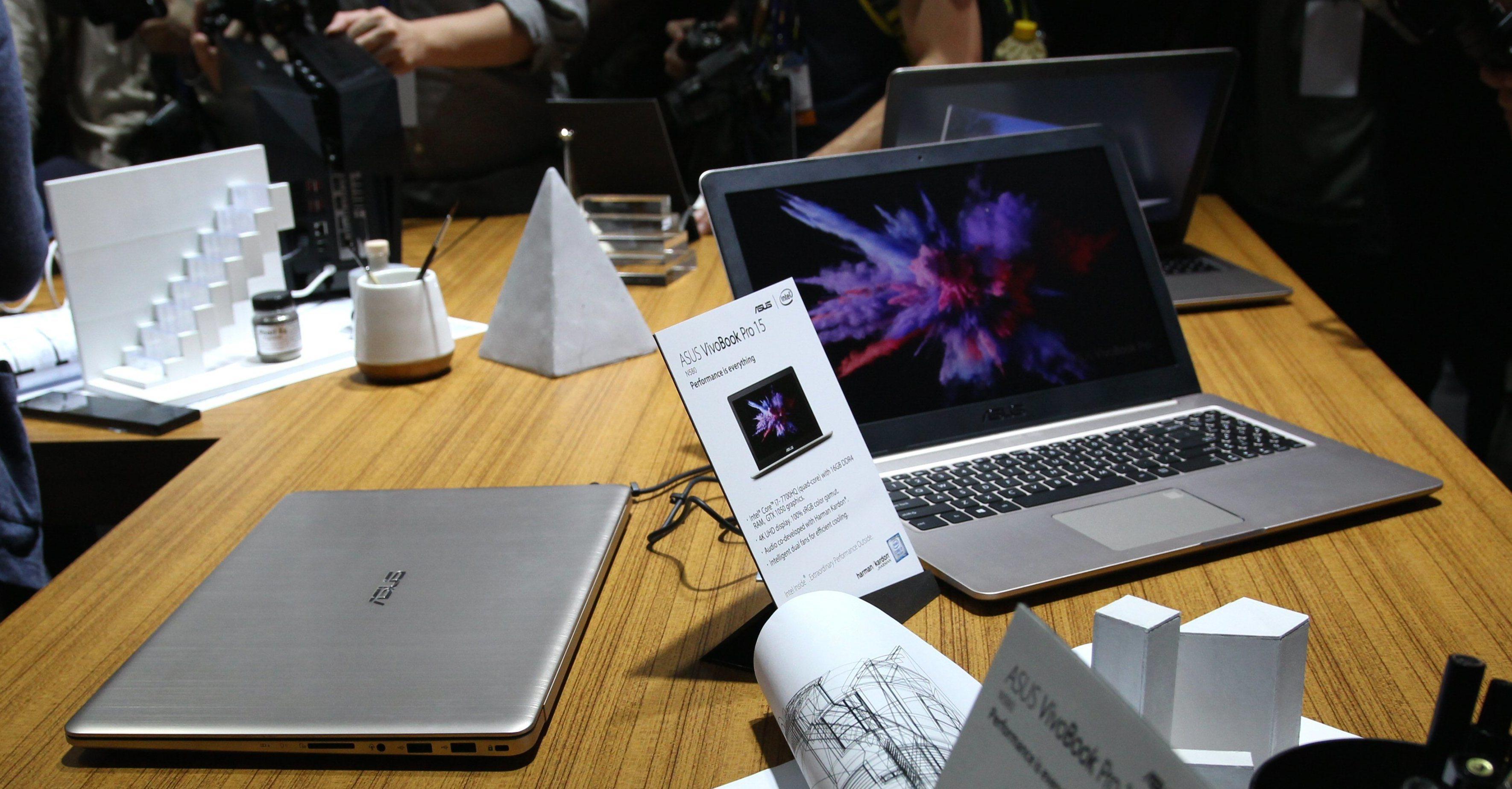 VivoBook Pro 15 i åpen og lukket tilstand.
