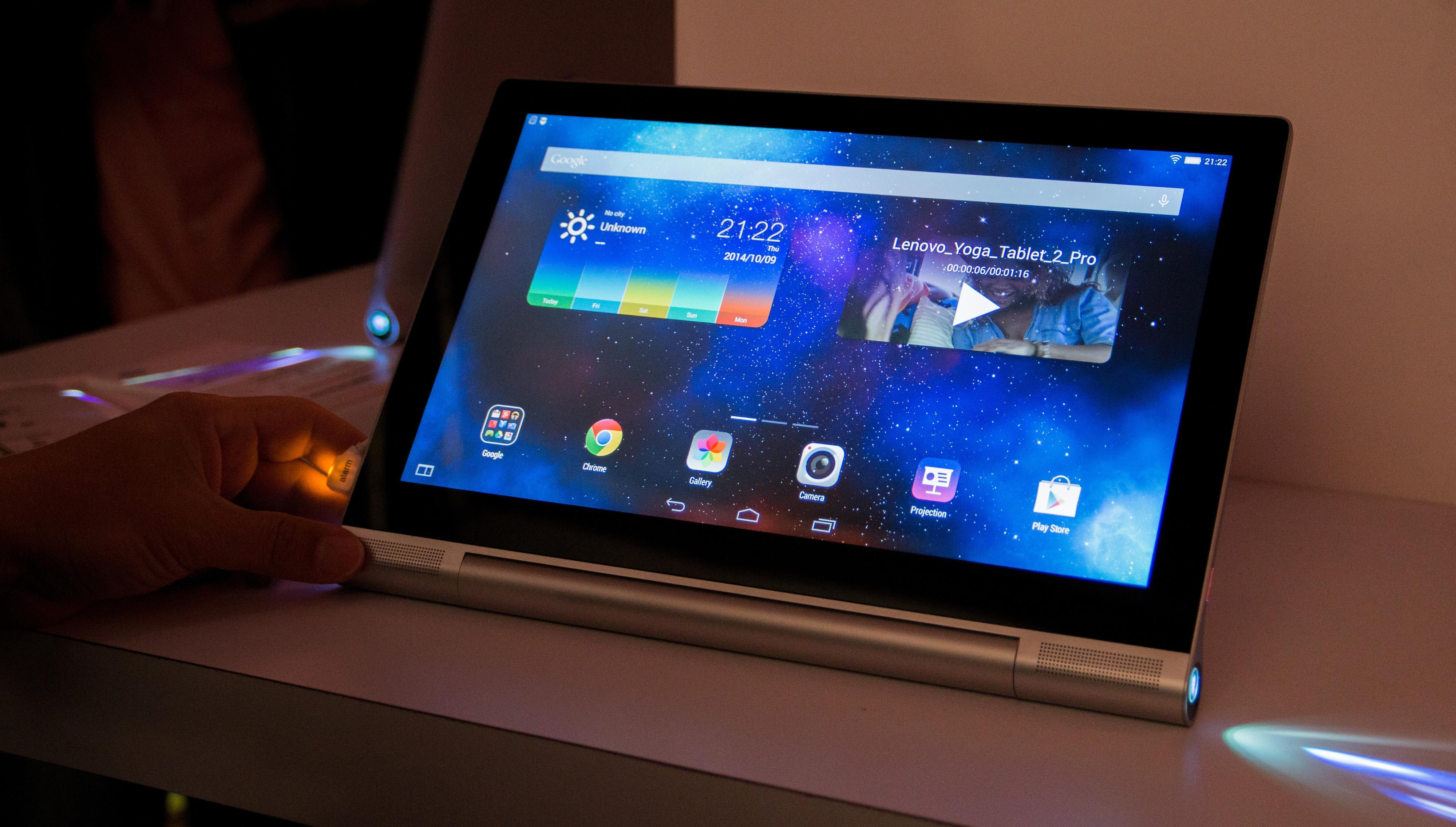 Skjermen på Yoga Tablet 2 Pro har en oppløsning på 2560 x 1440 og gjør seg nok godt til både Internett-surfing og å se film på – om da ikke projektoren får oppgaven.