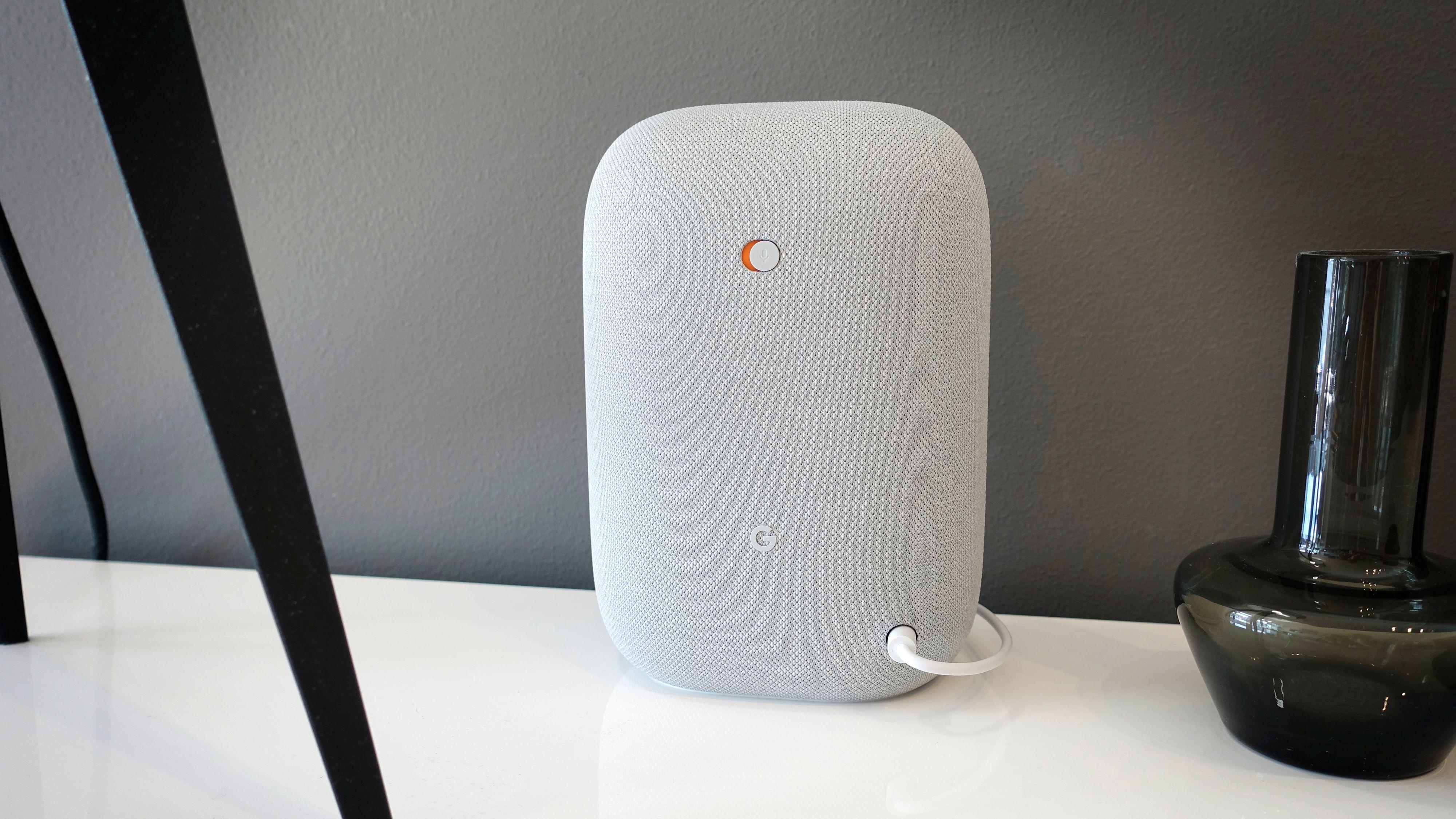 Lite fiksfakserier på Nest Audio, som er en tøykledt liten kloss med en eneste knapp på baksiden. Den skrur av mikrofonen.