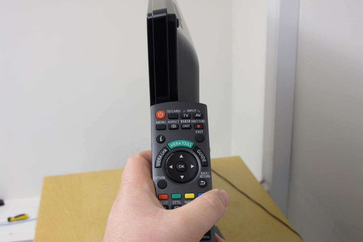 Fjernkontrollen er omtrent like bred som skjermen er tykk.