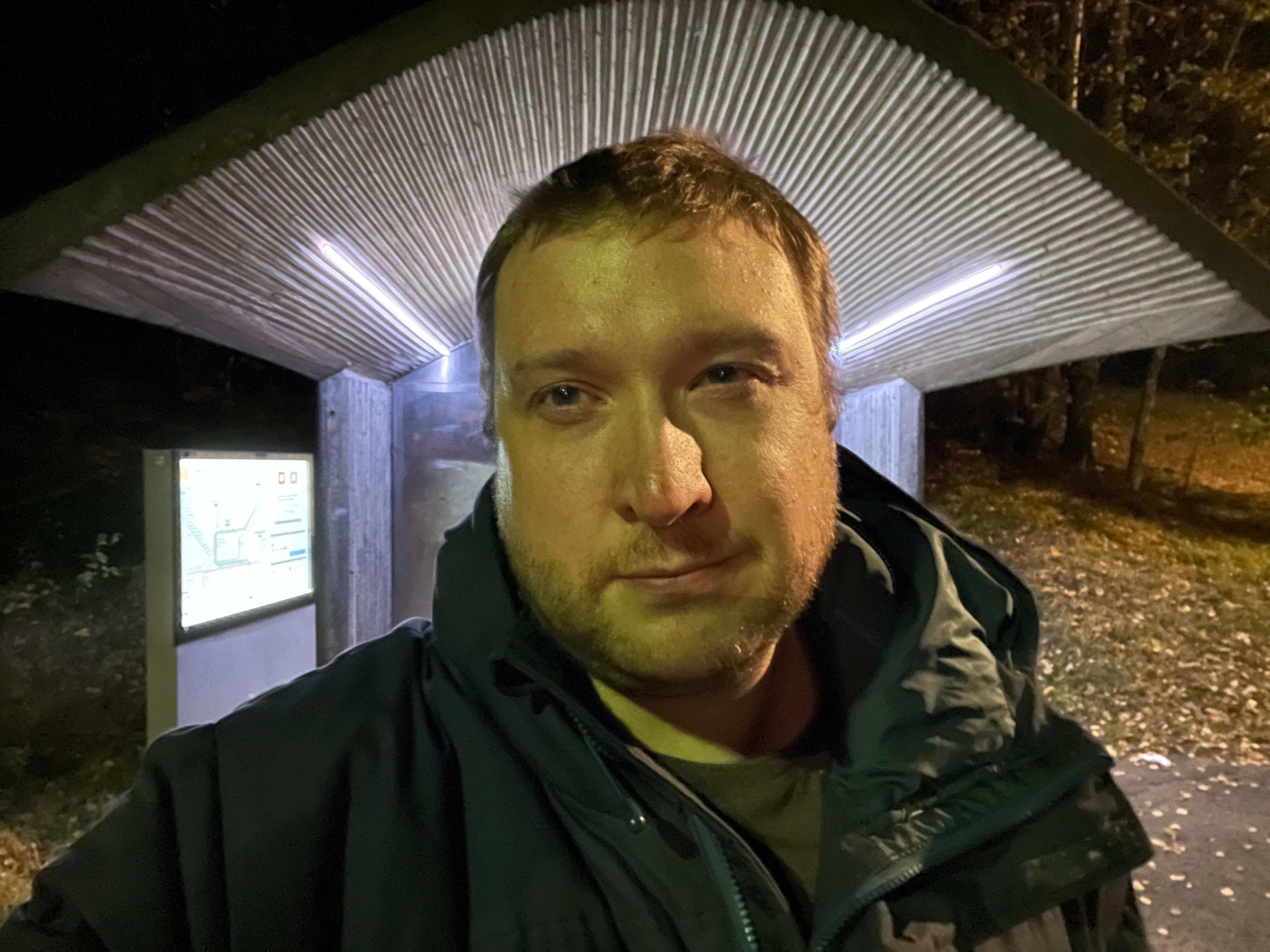På selfiekameraet gjør imidlertid nattmodusen en ålreit jobb.