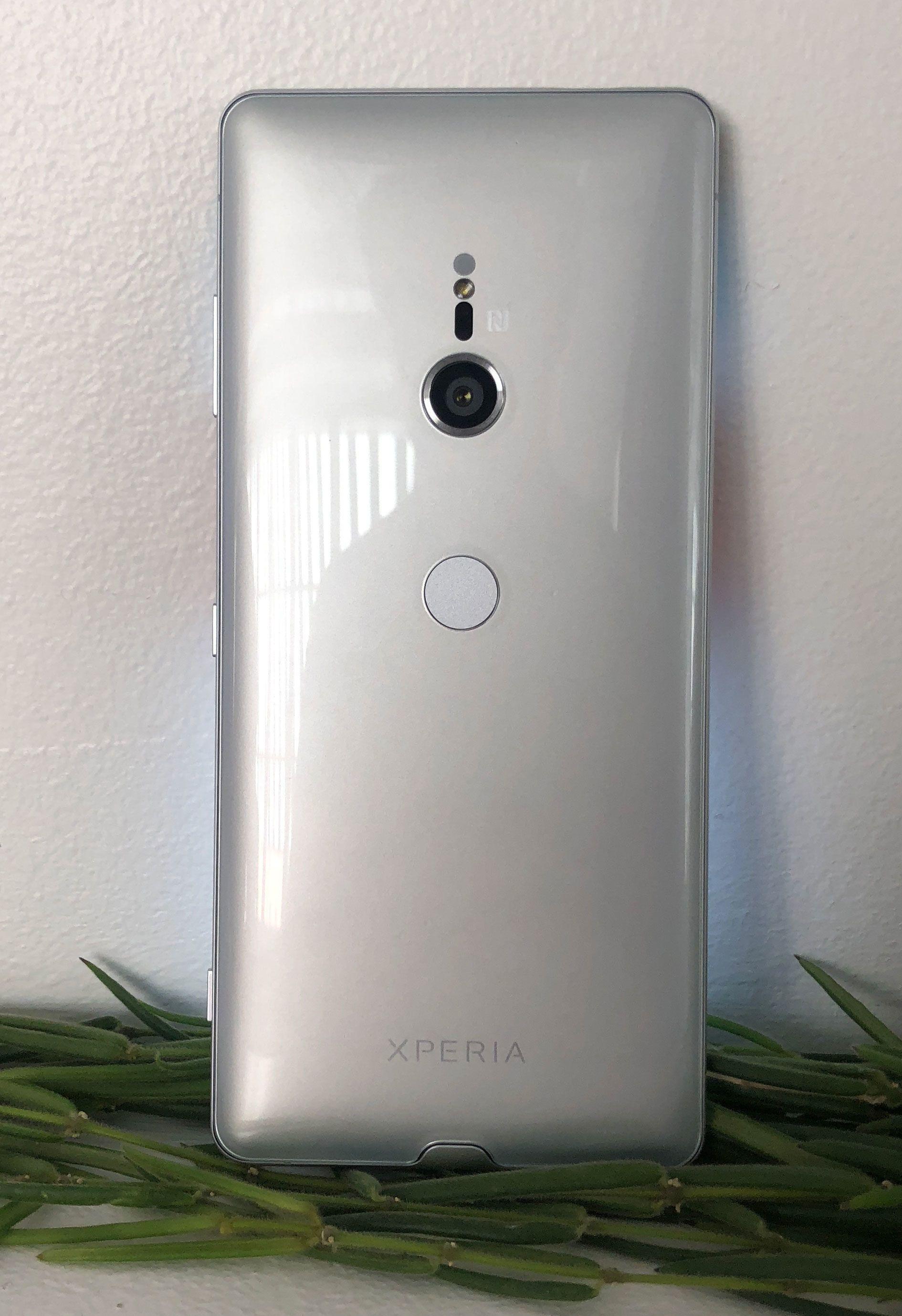 Det myke, buede designet fra Xperia XZ2 er beholdt, og mobilen ligger godt i hånden.