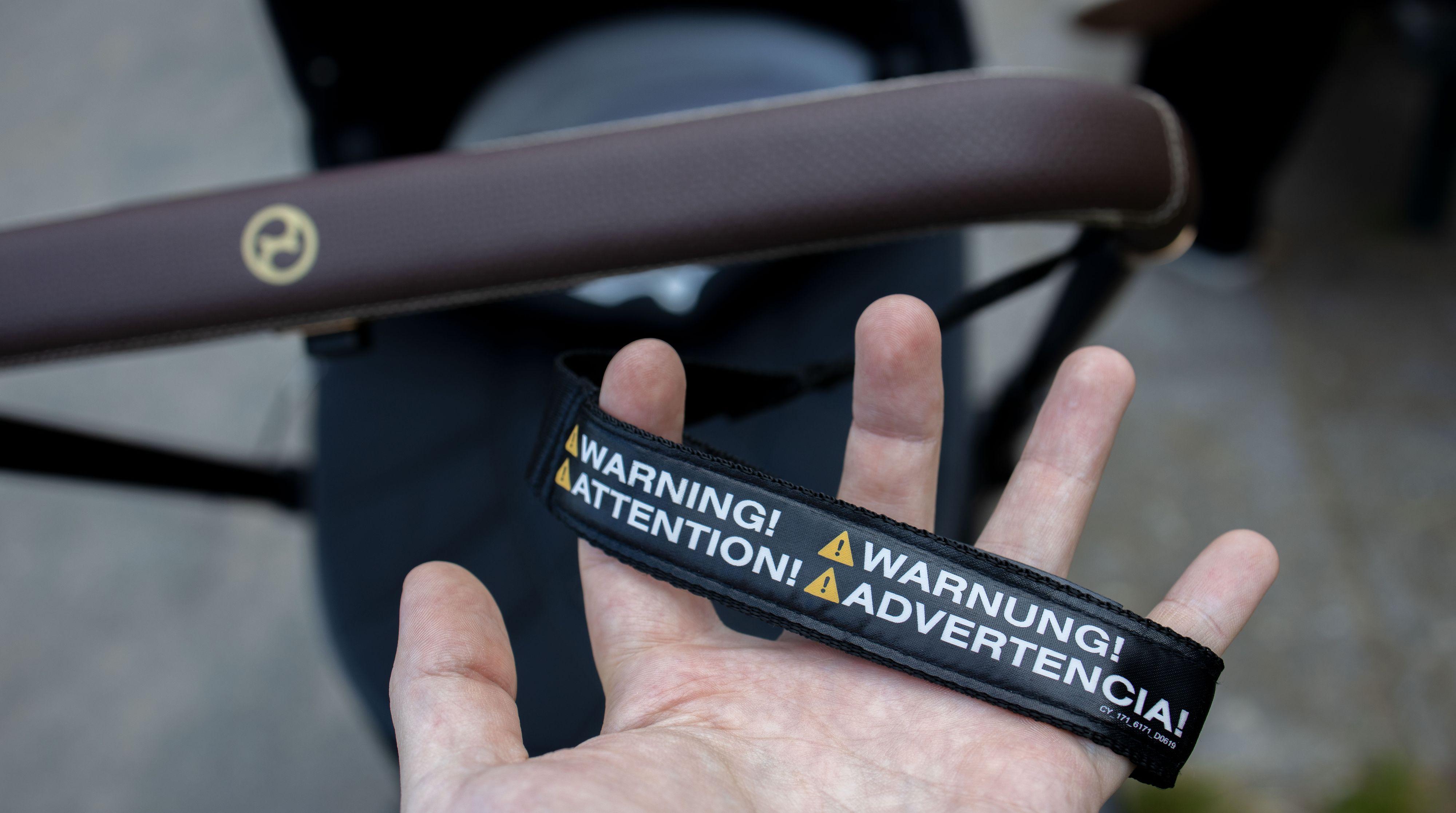 Håndleddsstroppen anbefales å ha på hele tiden, til tross for at barnevognen bremser av seg selv.
