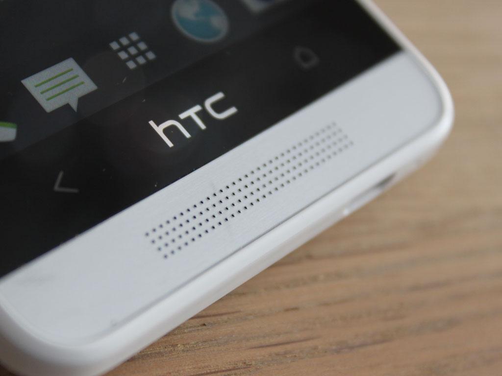 En tilsvarende høyttaler finnes i motsatt ende av mobilen.Foto: Espen Irwing Swang, Amobil.no