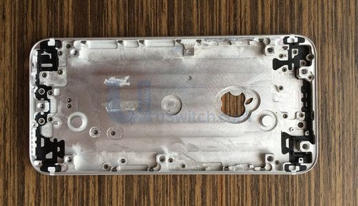 Dette bakstykket skal være for en iPhone 6-modell. Det går rykter om at epleomrisset skal huse en NFC-antenne.Foto: Uswitch.com