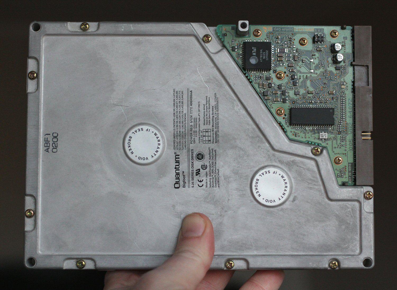 Undertegnedes første harddisk fra 1996: 5,25-tommers Quantum Bigfoot på 2,1 GB. Heldigvis økte kapasiteten relativt fort.Foto: Vegar Jansen, Hardware.no