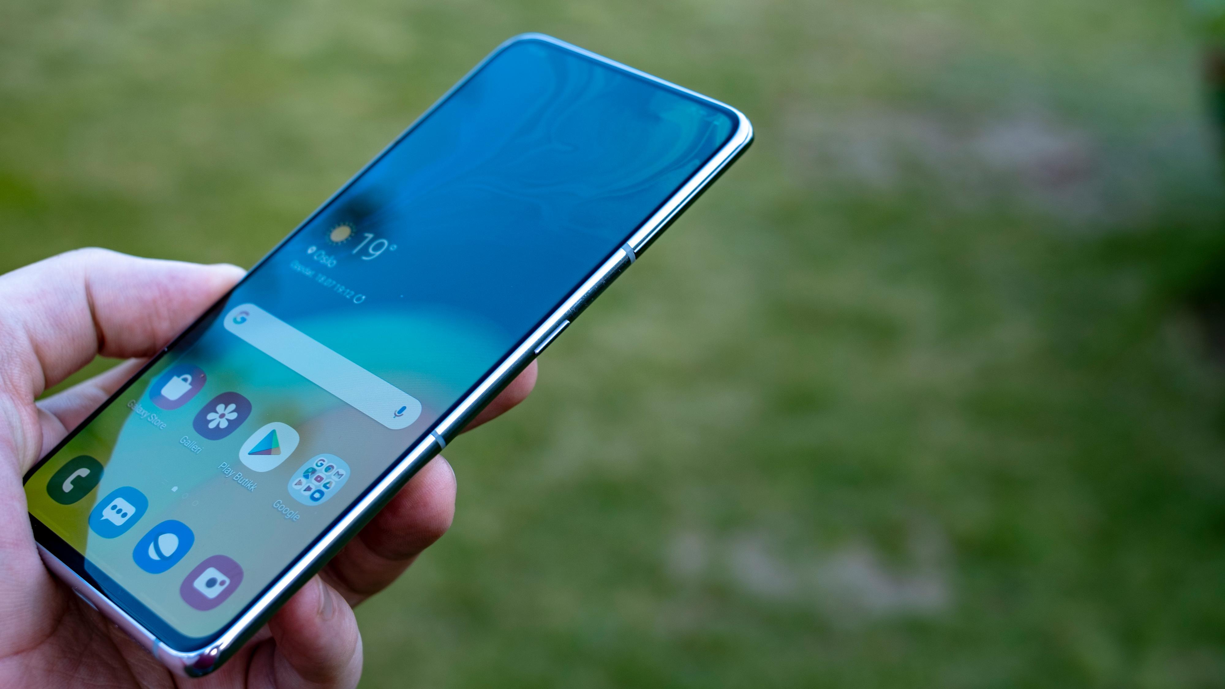 Samsungs One UI-menyer er laget for énhåndsbruk selv når mobilene blir ganske store. Mange av de viktigste menyelementene er flyttet ned på skjermen.