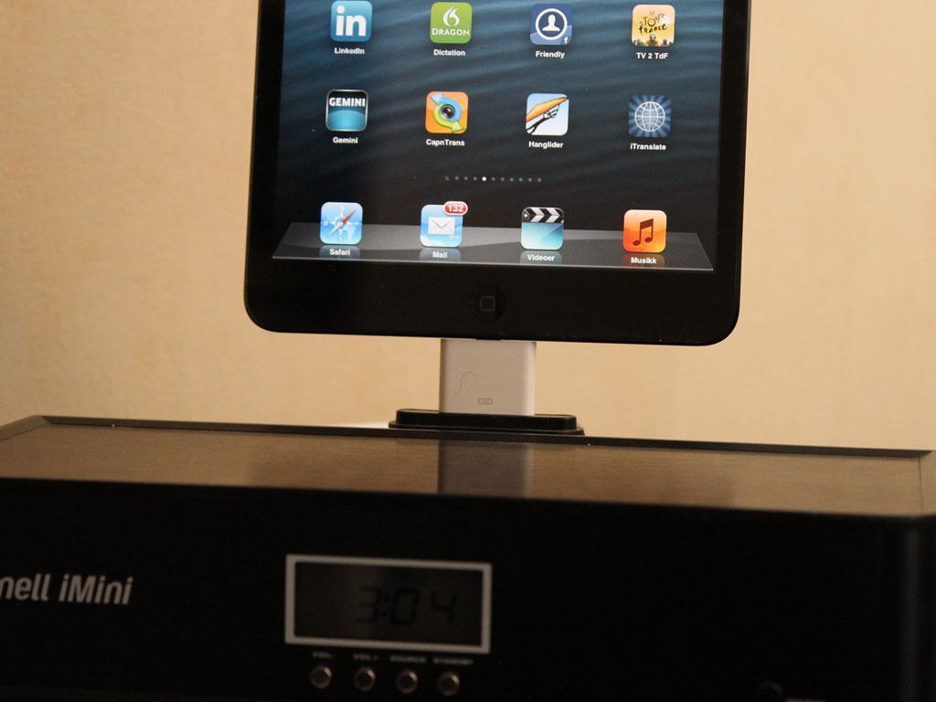 iPad mini kan spille på alle dockene vi har forsøkt ved hjelp av en adapter (den hvite dingsen på bildet).Foto: Espen Irwing Swang, Amobil.no