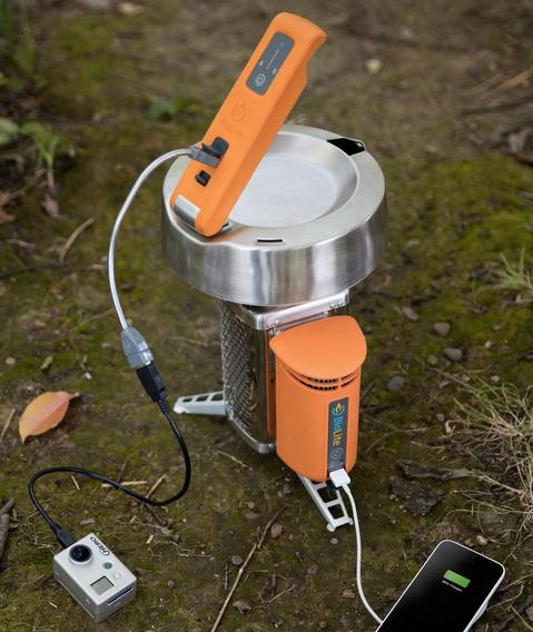 Her ser du BioLites egen CampStove – som også kan brukes til å lade duppeditter med – sammen med KettleCharge. CampStove utnytter ved eller kvister til å fyre med.Foto: BioLite